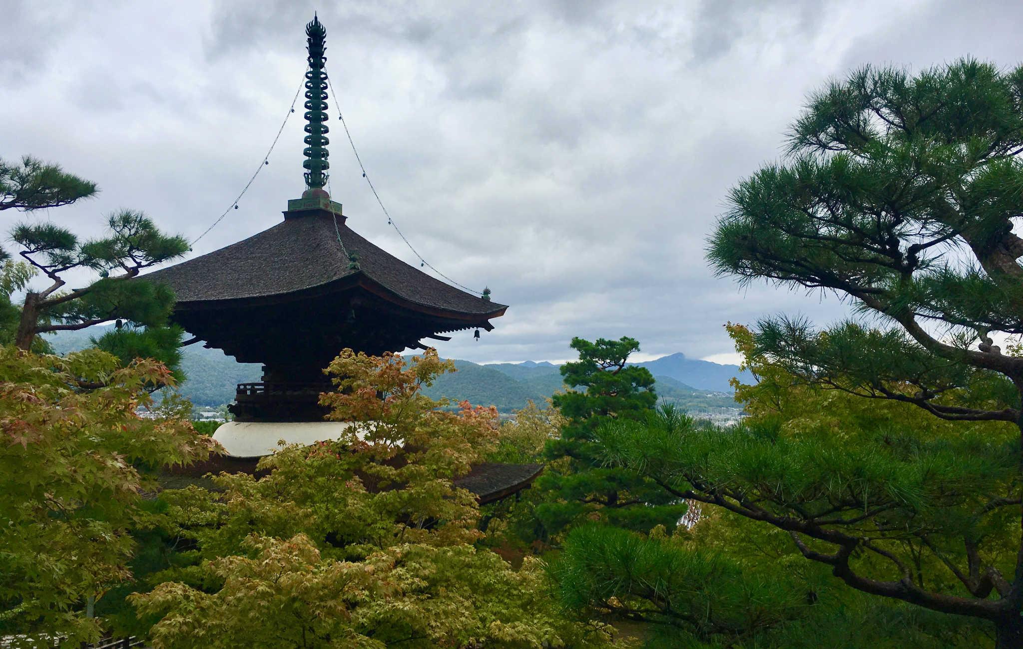 Tout en haut, une pagode et une vue sur Arashiyama
