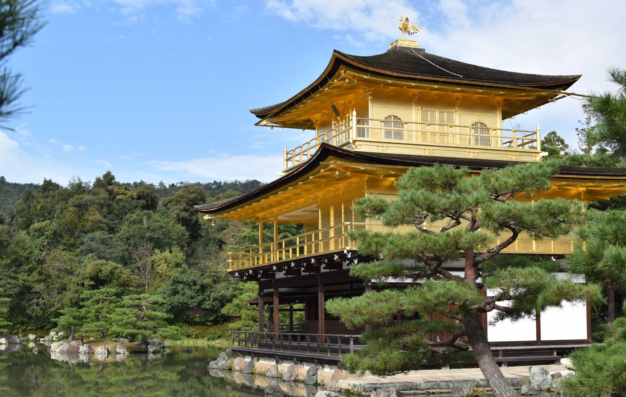 Le temple est entouré de jardins avec des pins taillés en nuage