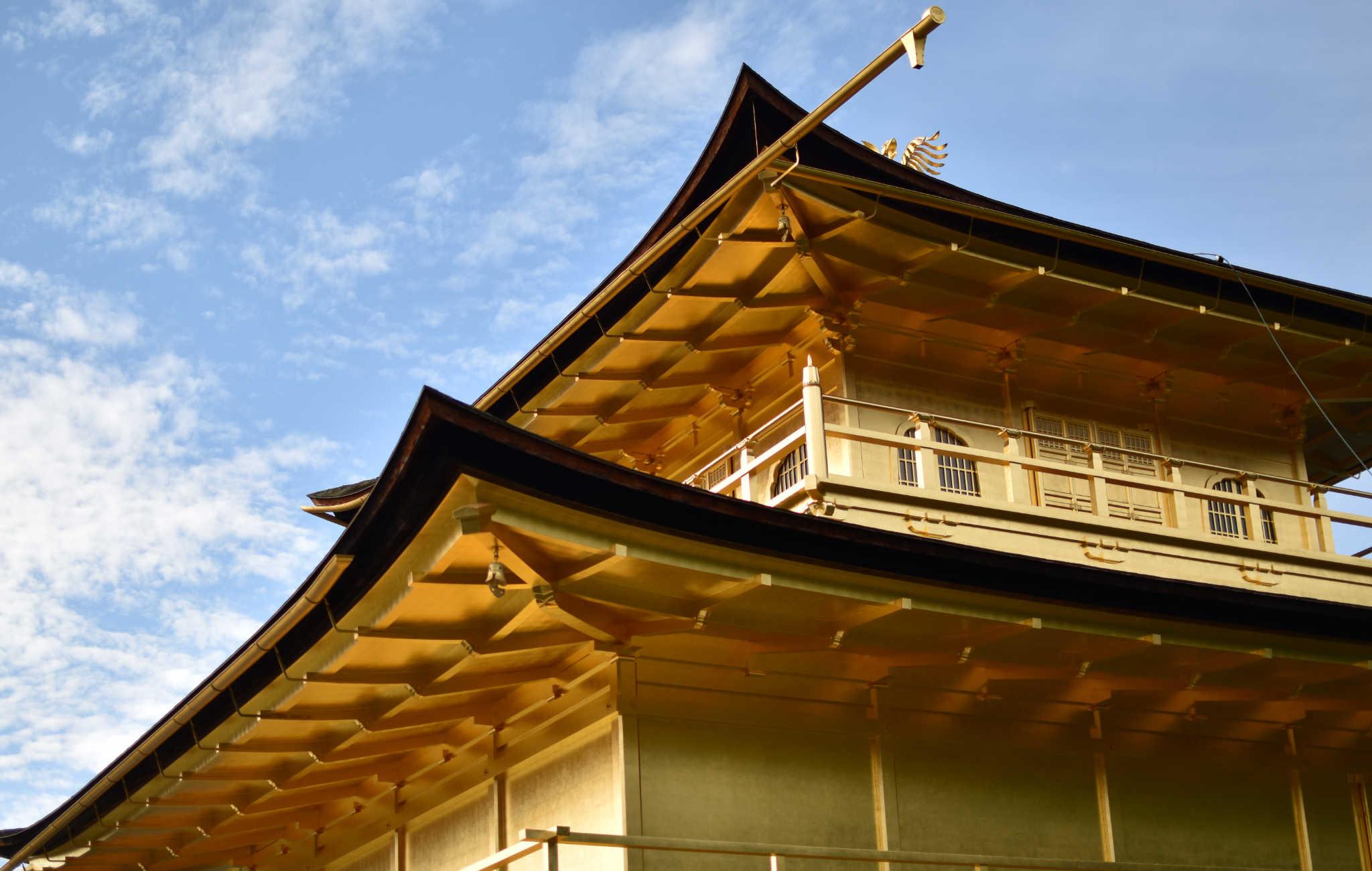 Les deux étages supérieurs du pavillon sont entièrement recouverts d'or