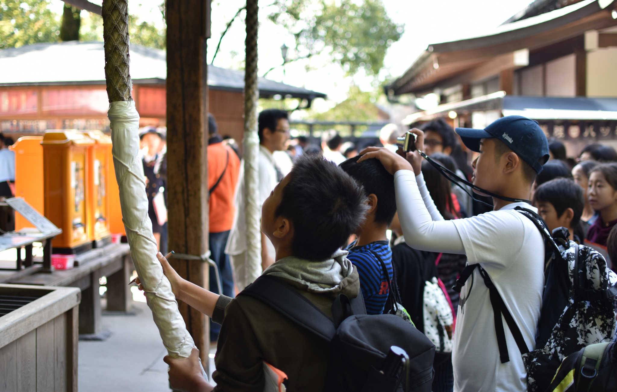 Des écoliers tirent la corde pour faire sonner la cloche