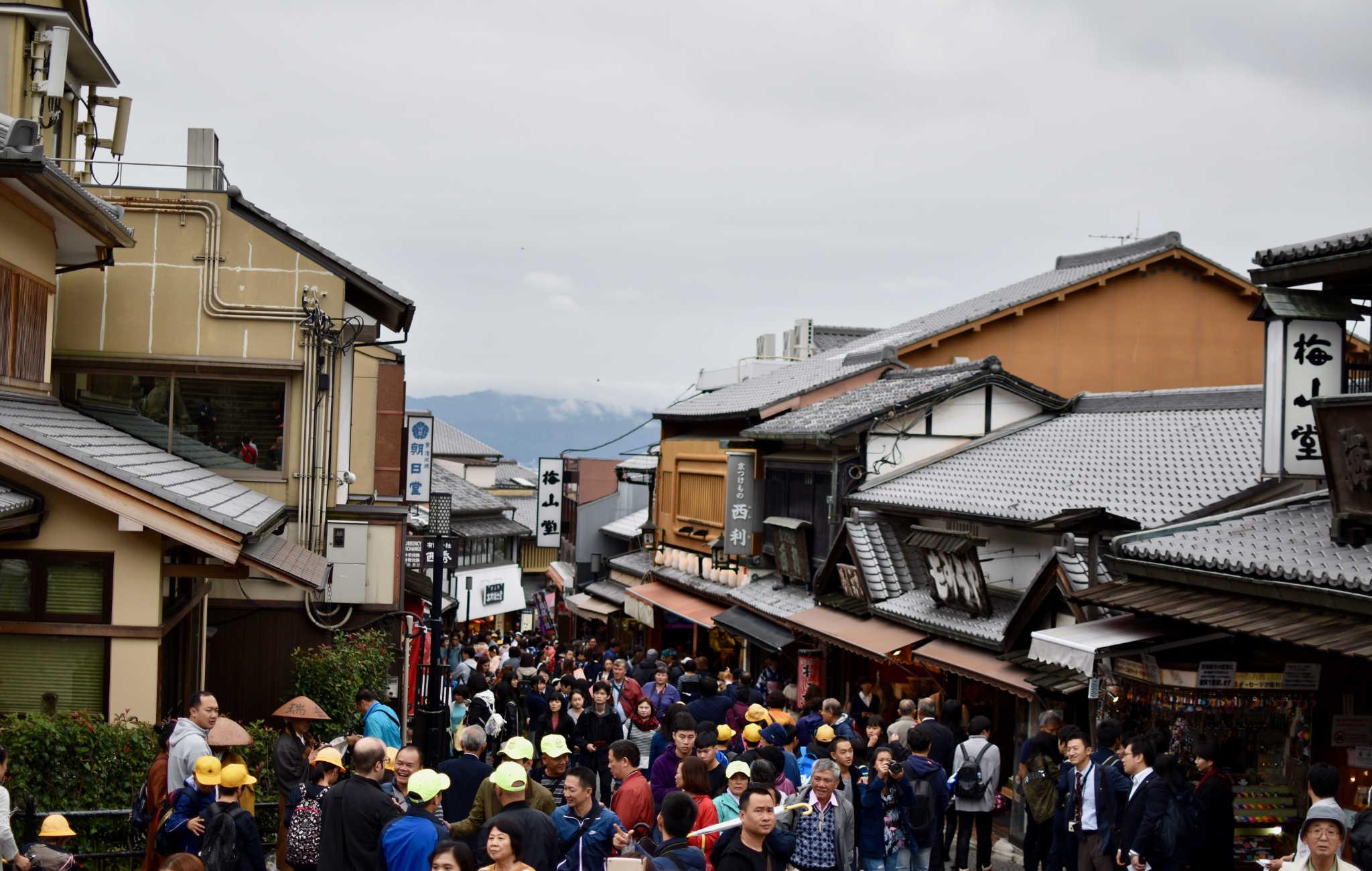 Sur la route menant au temple il y a toujours une foule très dense