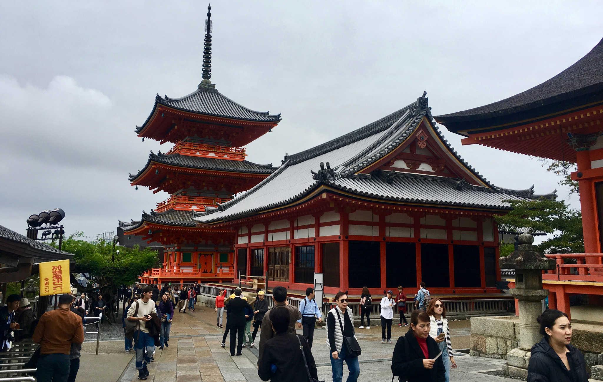 Le temple est composé de plusieurs bâtiments dont une magestueuse pagode à 3 étages