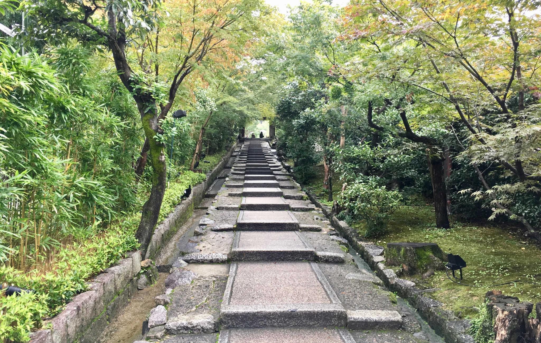 Le grand escalier bordé d'érables qui mène à l'entrée du temple
