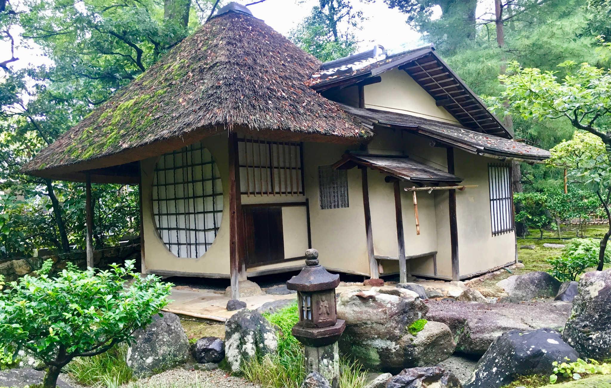 Une autre maison de thé très ancienne, avec son toit de chaume