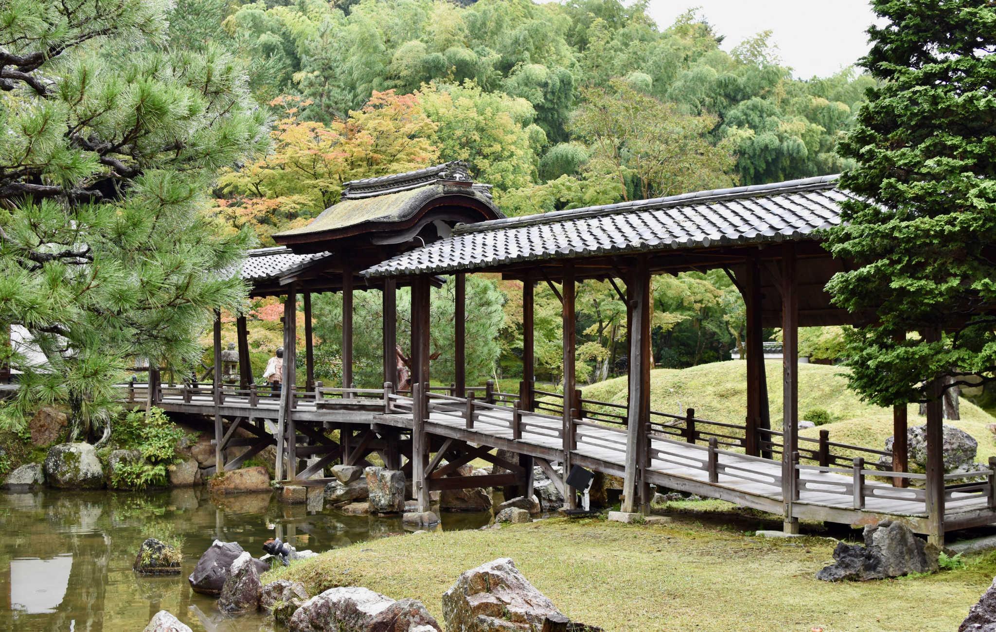 Le pont qui enjambe le cours d'eau est un point central du jardin