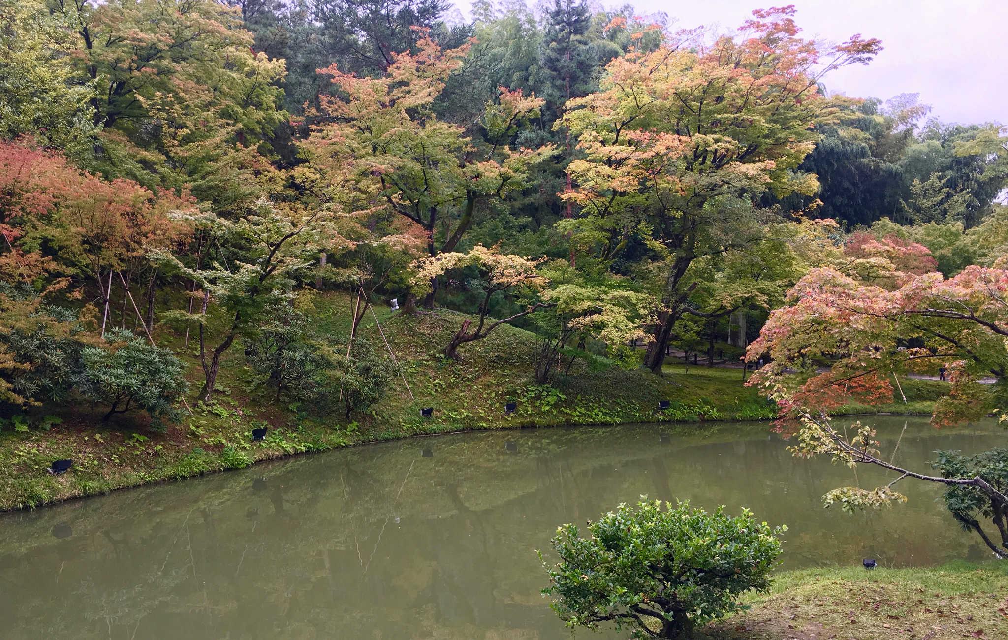 A l'automne, ce temple est un endroit incontournable pour admirer les feuilles rouges des érables