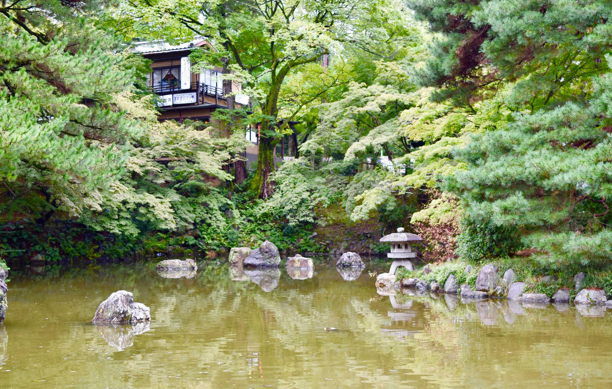 Au milieu du parc, un grand lac et quelques maisons autour