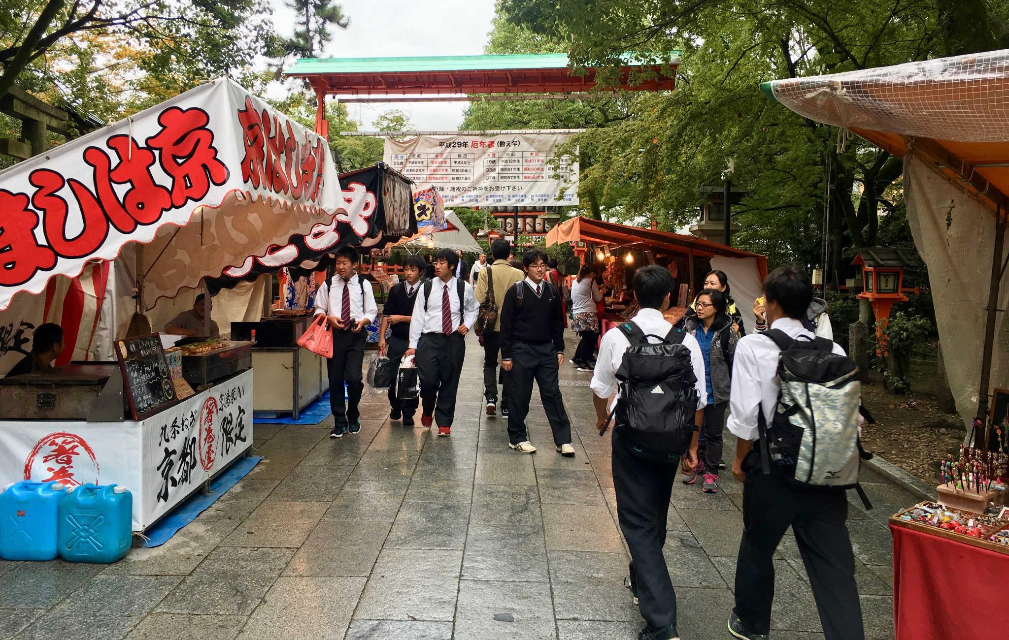 A l'aopproche du sanctuaire Yasaka Jinja, quelques stands de nourriture et souvenirs