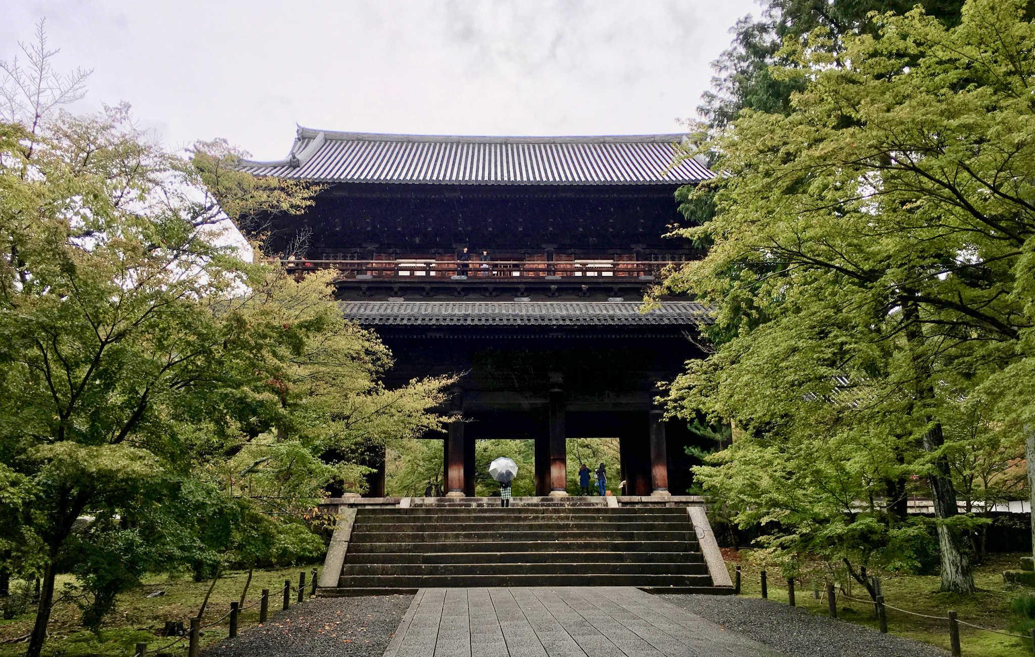 L'impressionnante porte Sanmon à l'entrée du temple