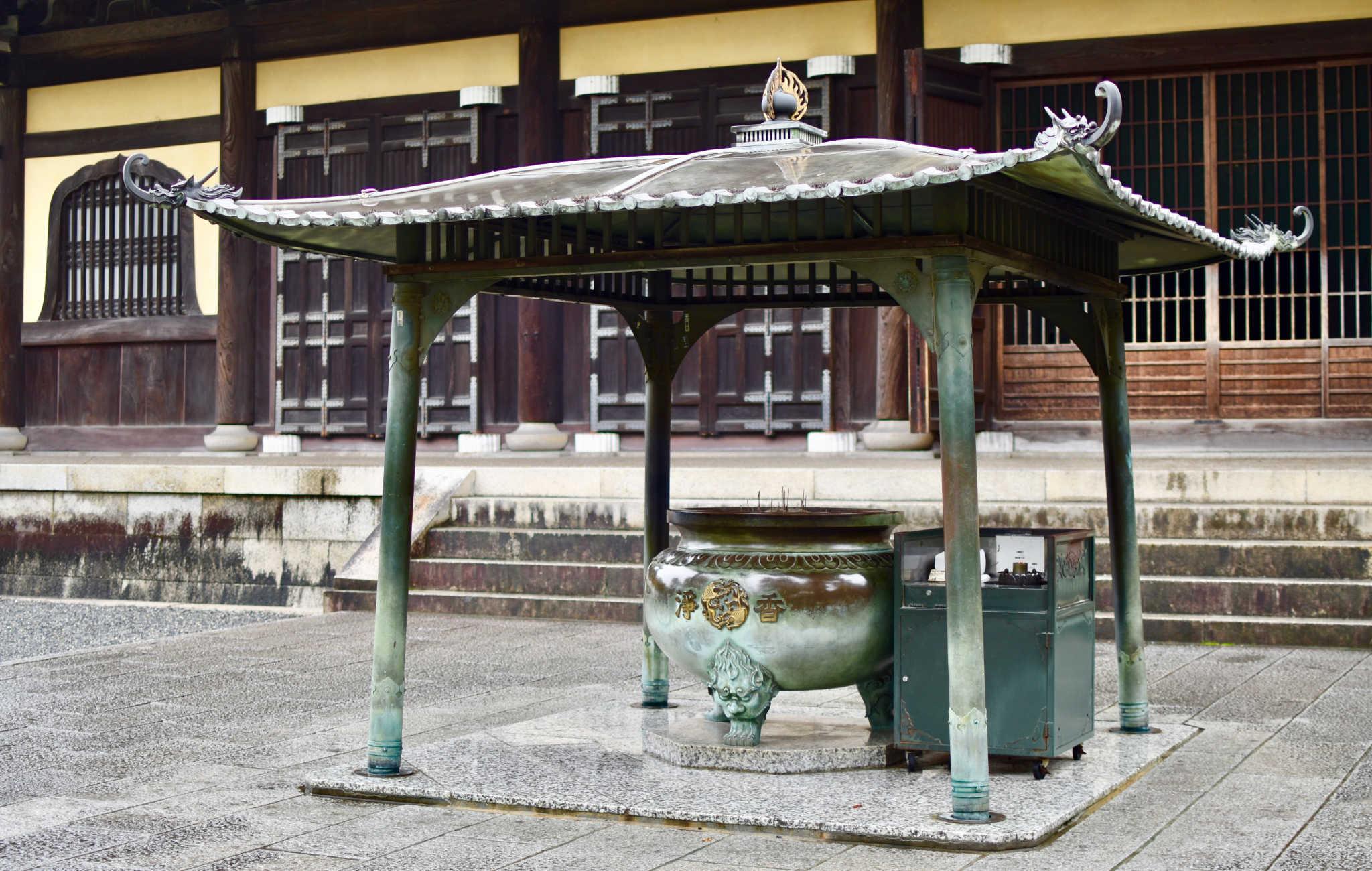 Un grand encensoir est placé à l'entrée du temple principal