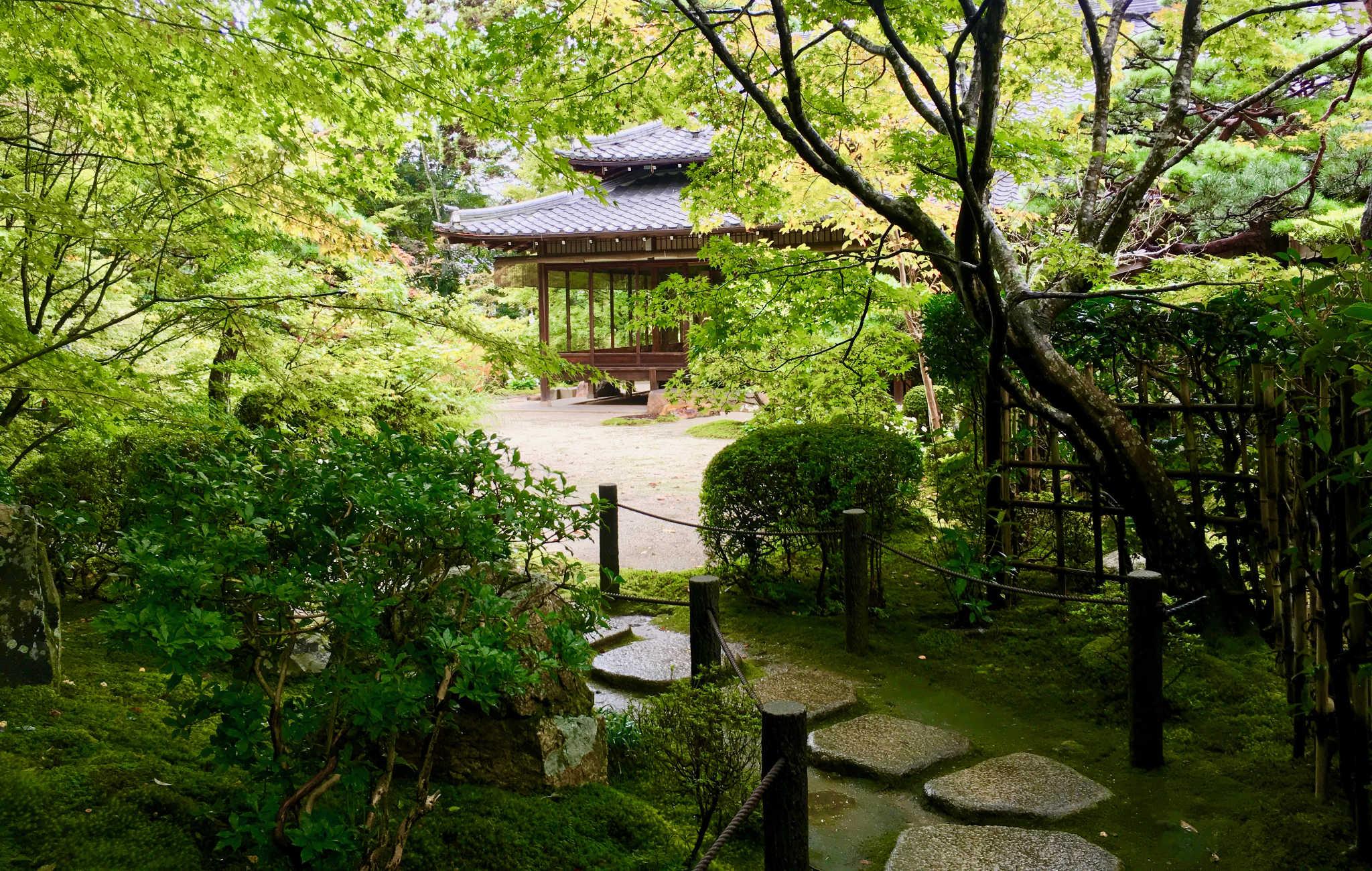 Un chemin de pas japonais mène une maison