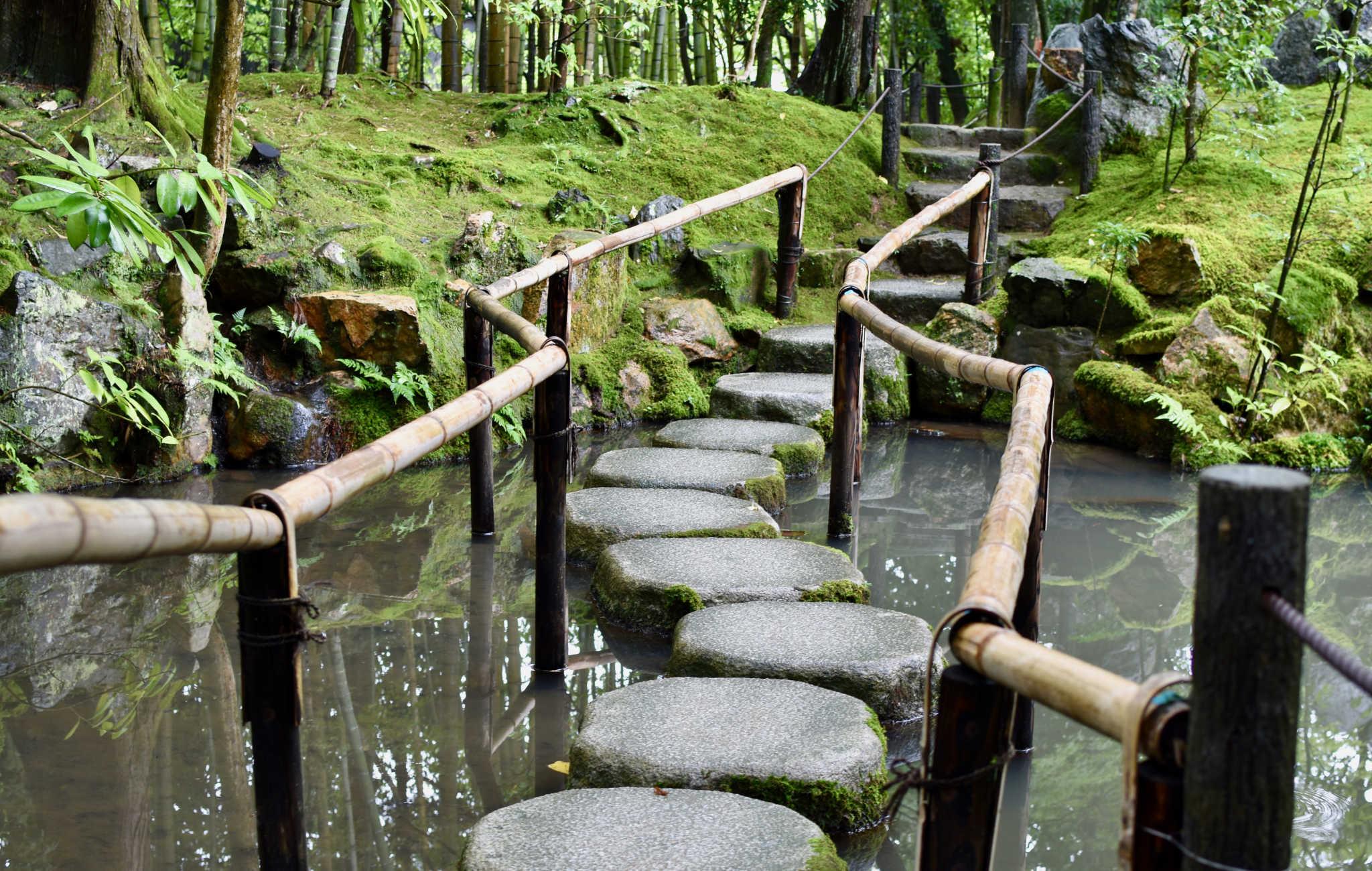 De gros pas japonais permettent de franchir le plan d'eau