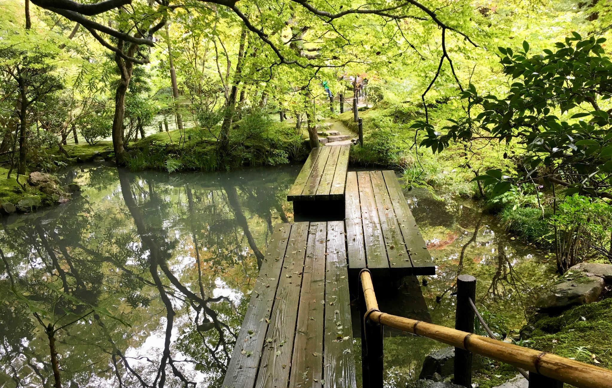 Pont de bois, sous l'ombre des érables