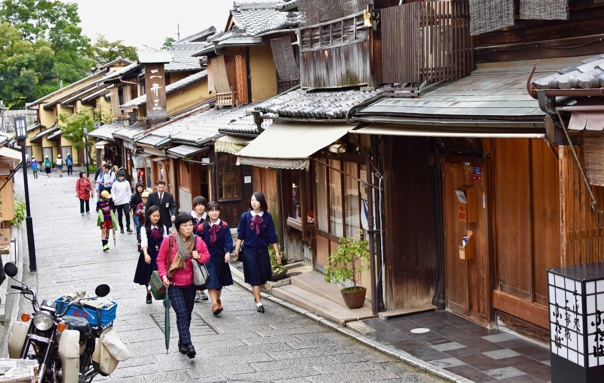 On aime flâner dans ce quartier avec ses nombreuses maisons traditionnelles en bois
