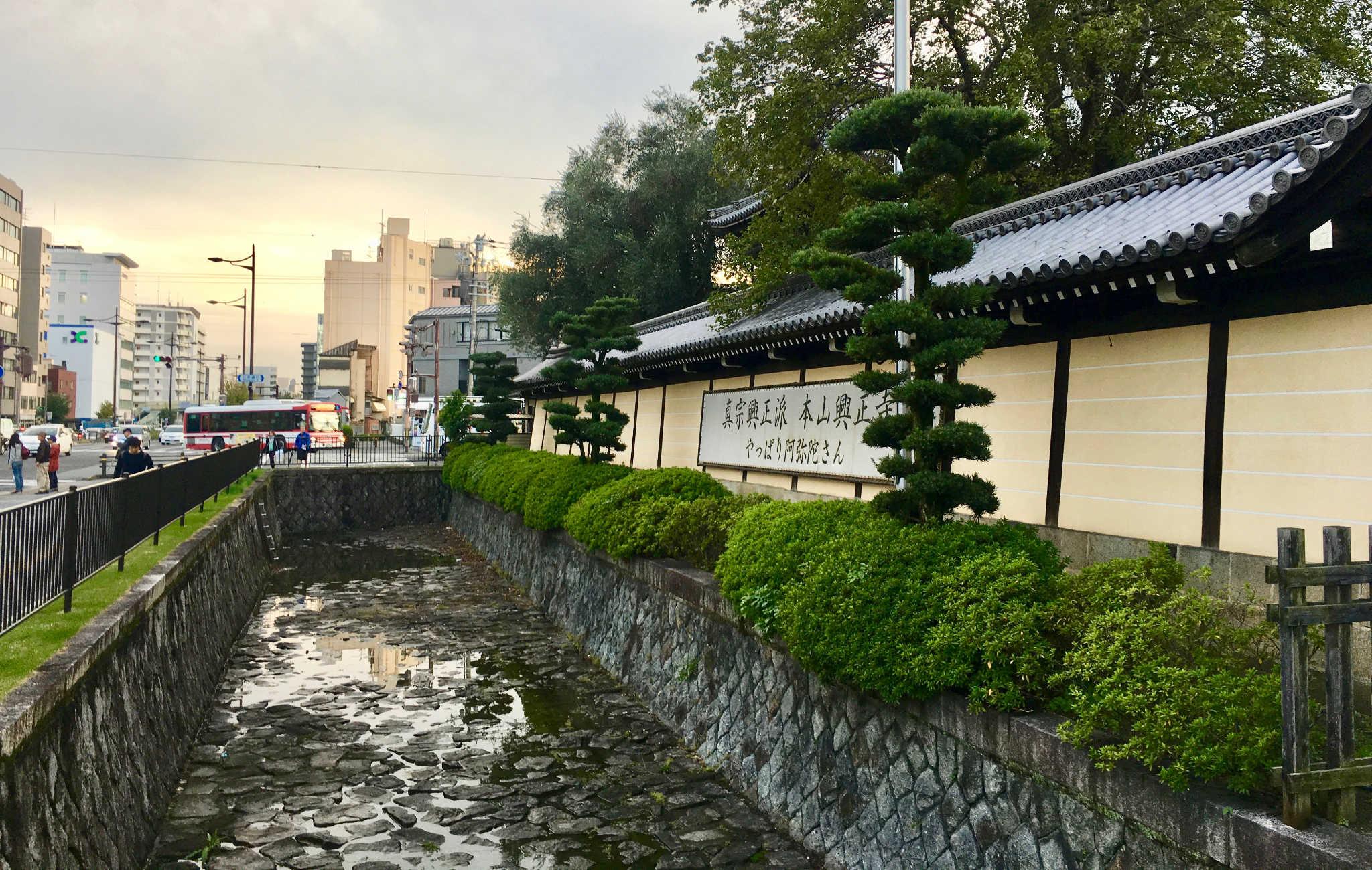 Le temple est entouré de hauts murs et protégés par des douves