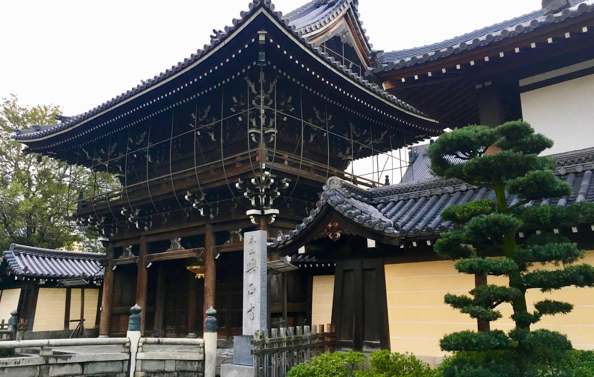 Une des énormes portes d'entrée dans l'enceinte du temple