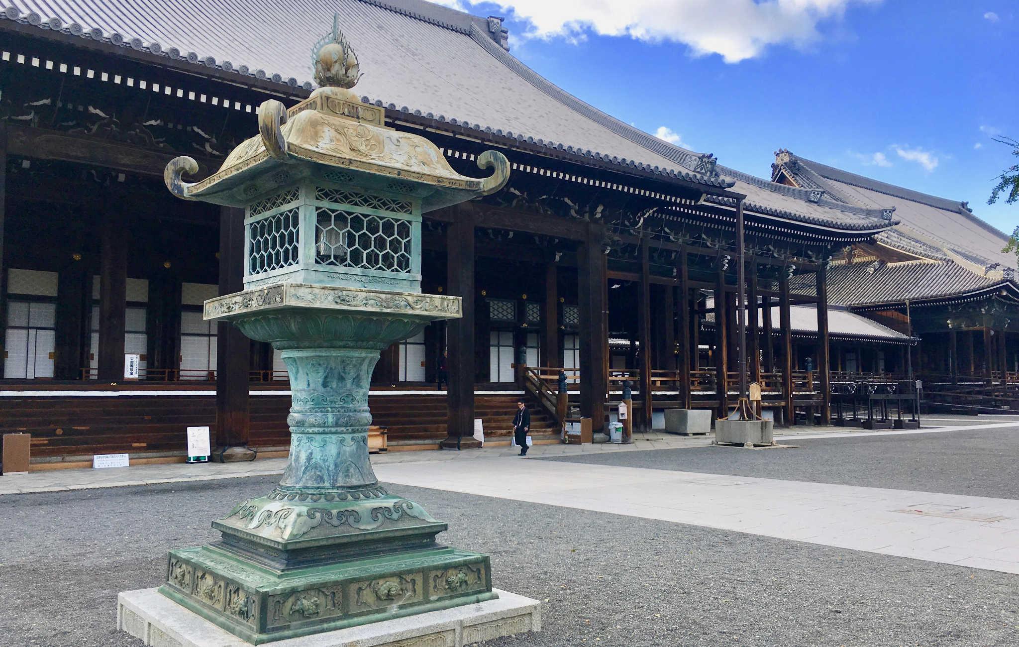 De grosses lanternes sont placées dans l'enceinte du temple