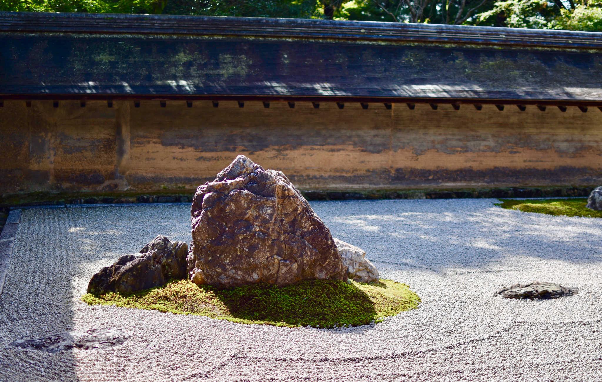Les rochers sont regroupés et posés sur un lit de mousse