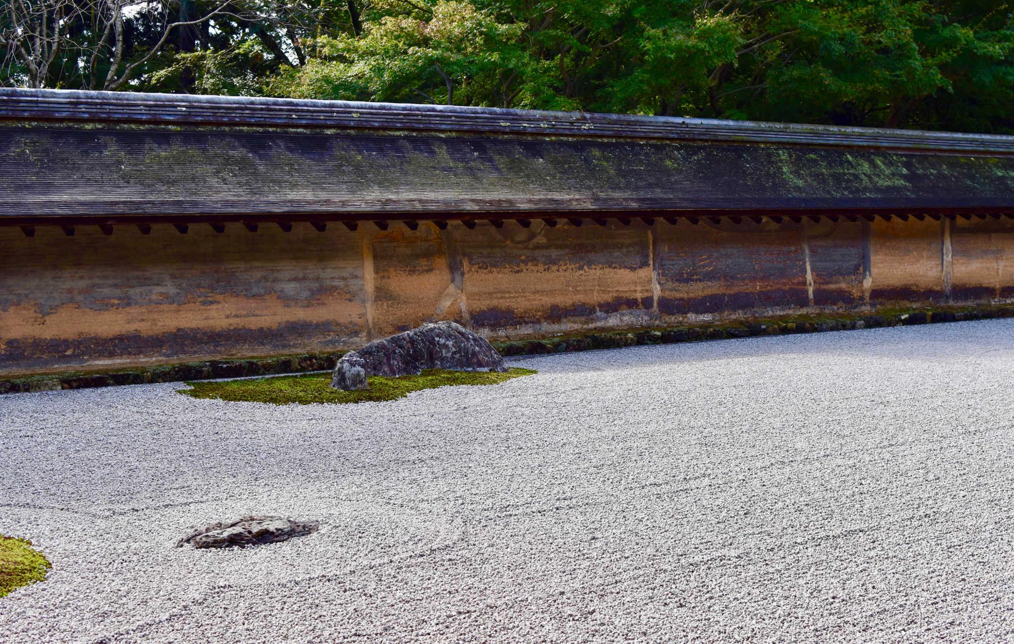 Le Ryoan-ji est entouré de gros murs de terre