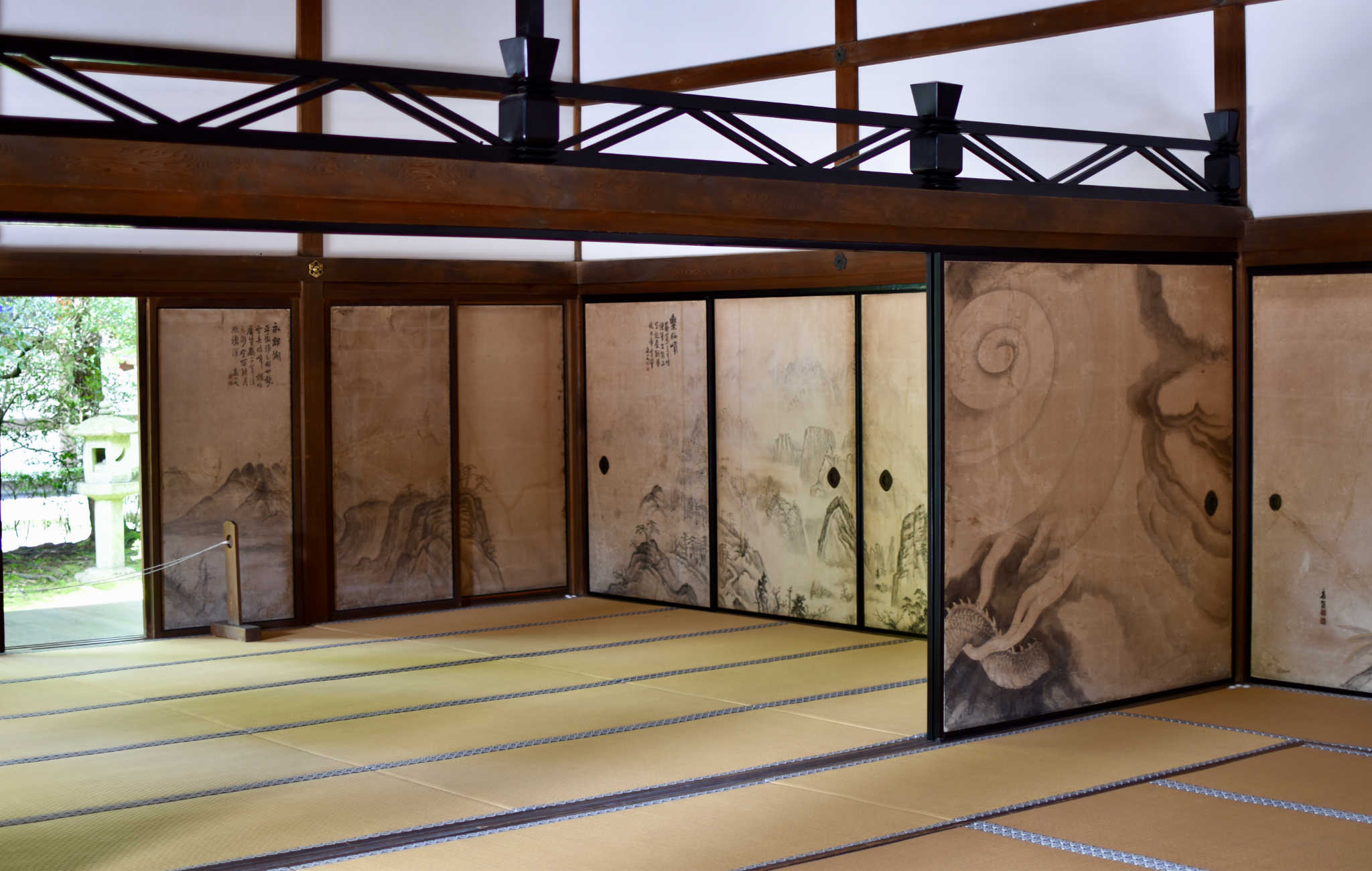 L'intérieur du bâtiment principal avec ses magnifiques panneau fusuma
