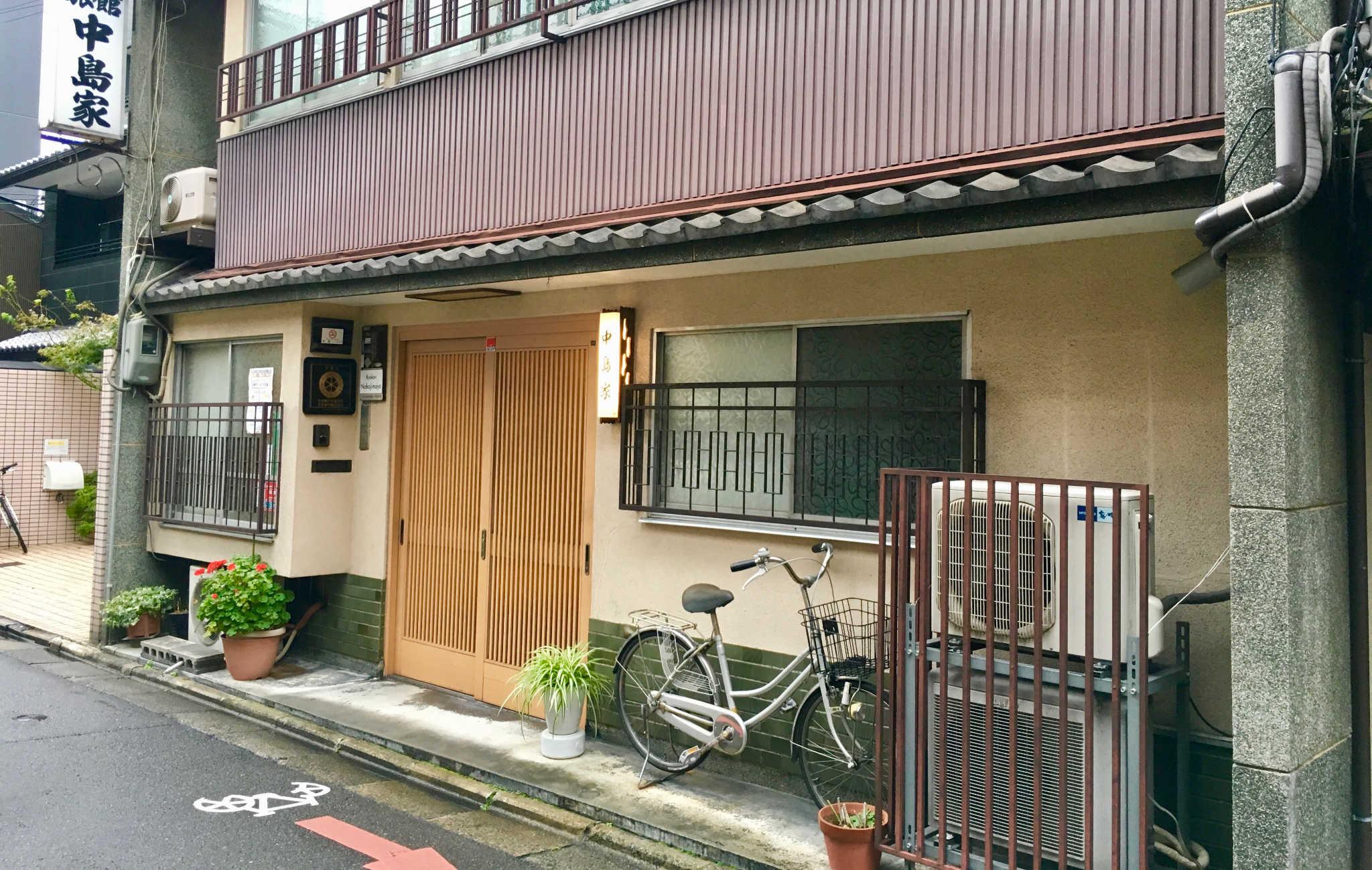 Ne vous fiez pas à son entrée modeste ; ce ryokan est un de mes meilleurs souvenirs de Kyoto