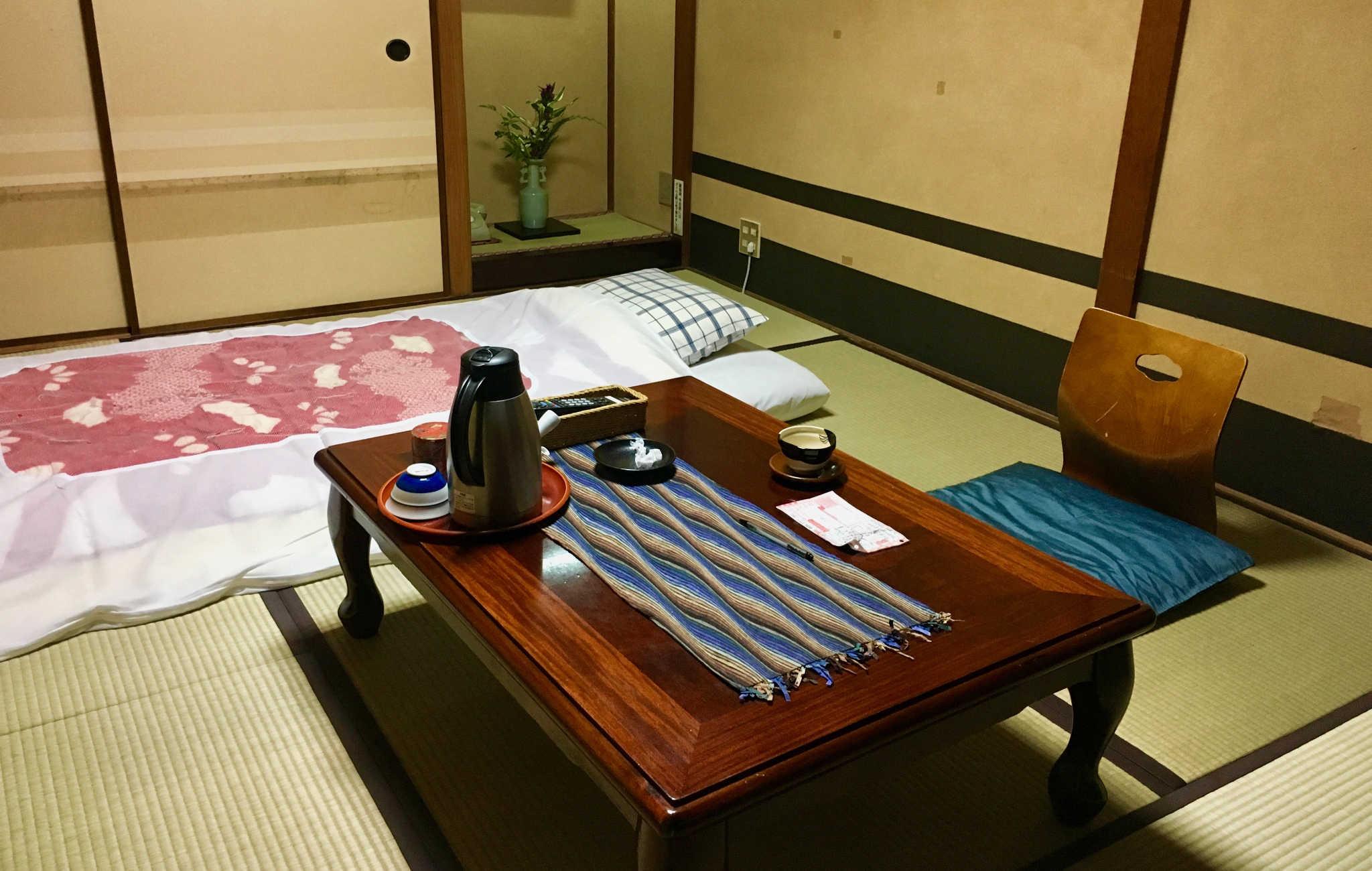 Une chambre à la décoration sobre dans un petit ryokan familial