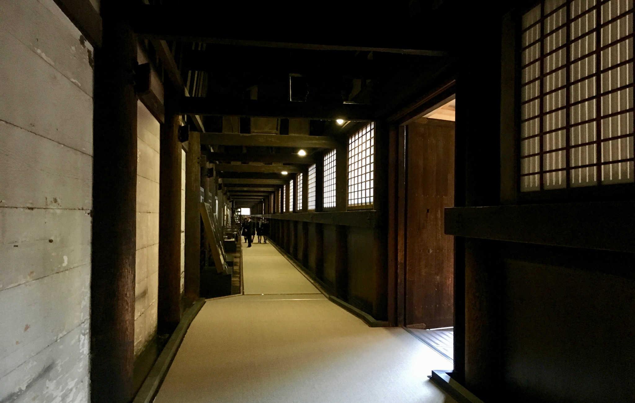 Le couloir très feutré et sombre qui mène aux statues