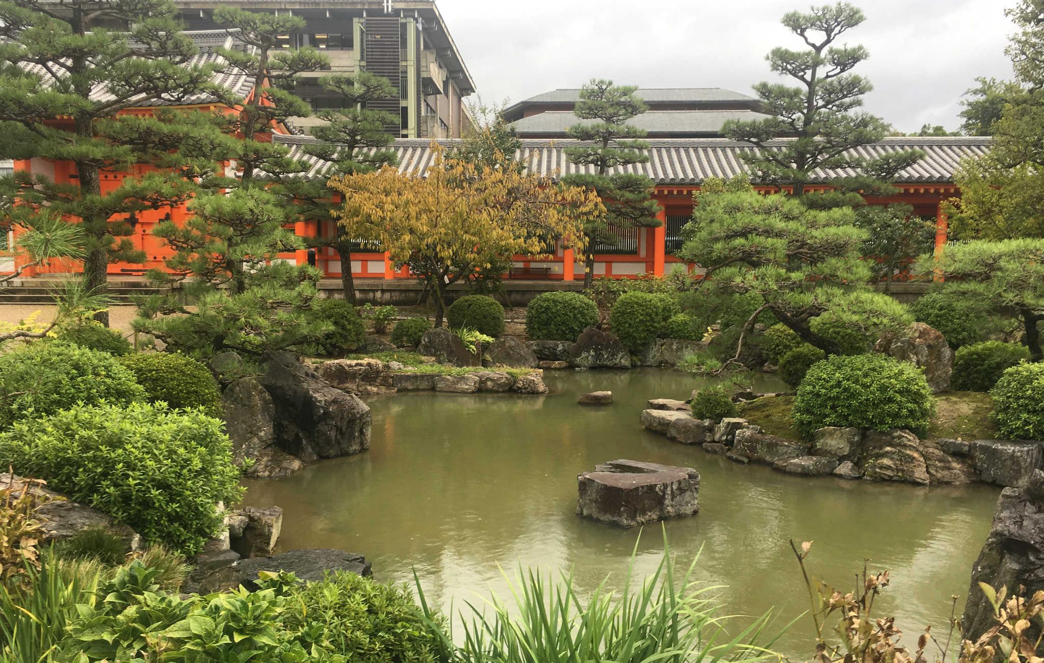 Le jardin est tout aussi remarquable, organisé autour d'un étang