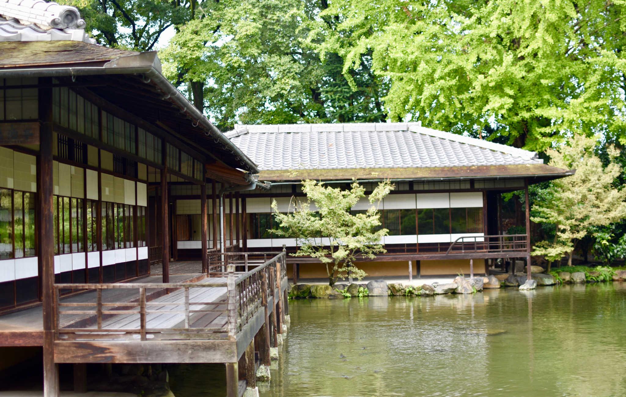 Point central du jardin, cette magnifique maison de thé en bordure du lac