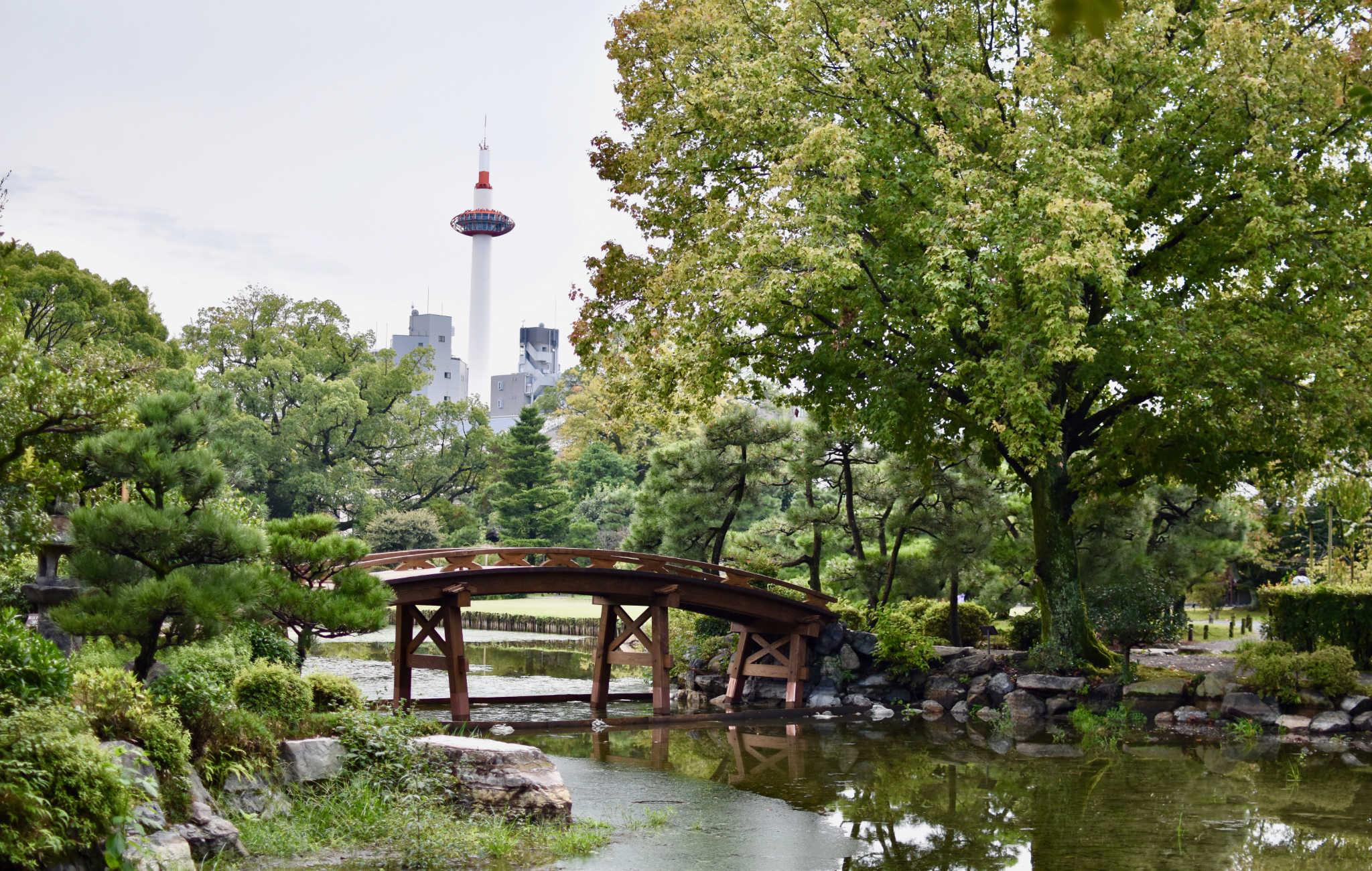 Le pont Shinsetsu-kyo emjambe le lac