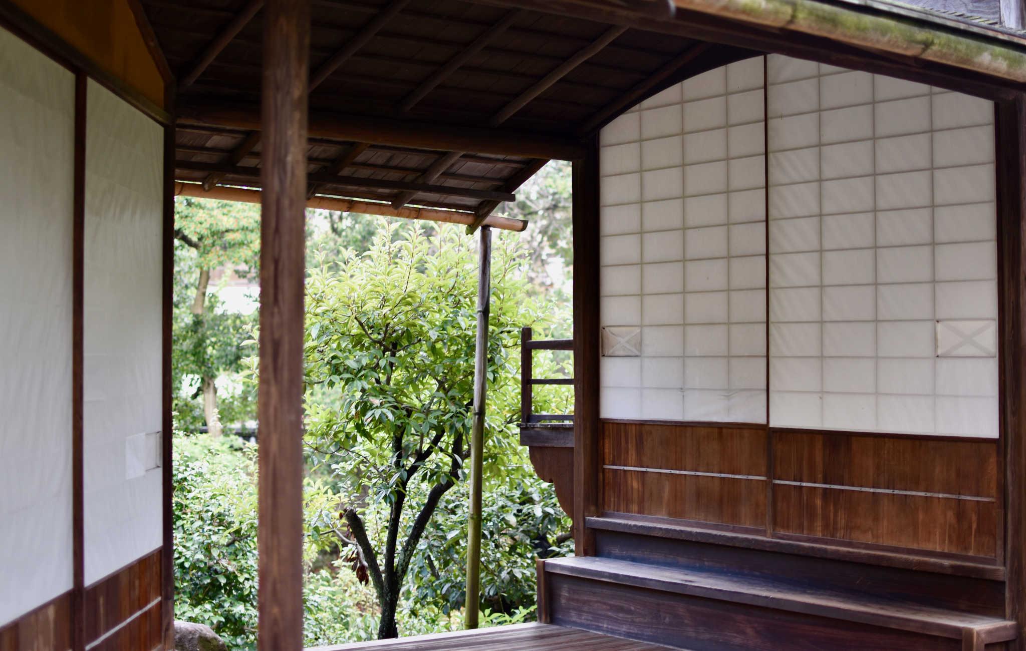 Un petit pavillon et ses panneaux shoji
