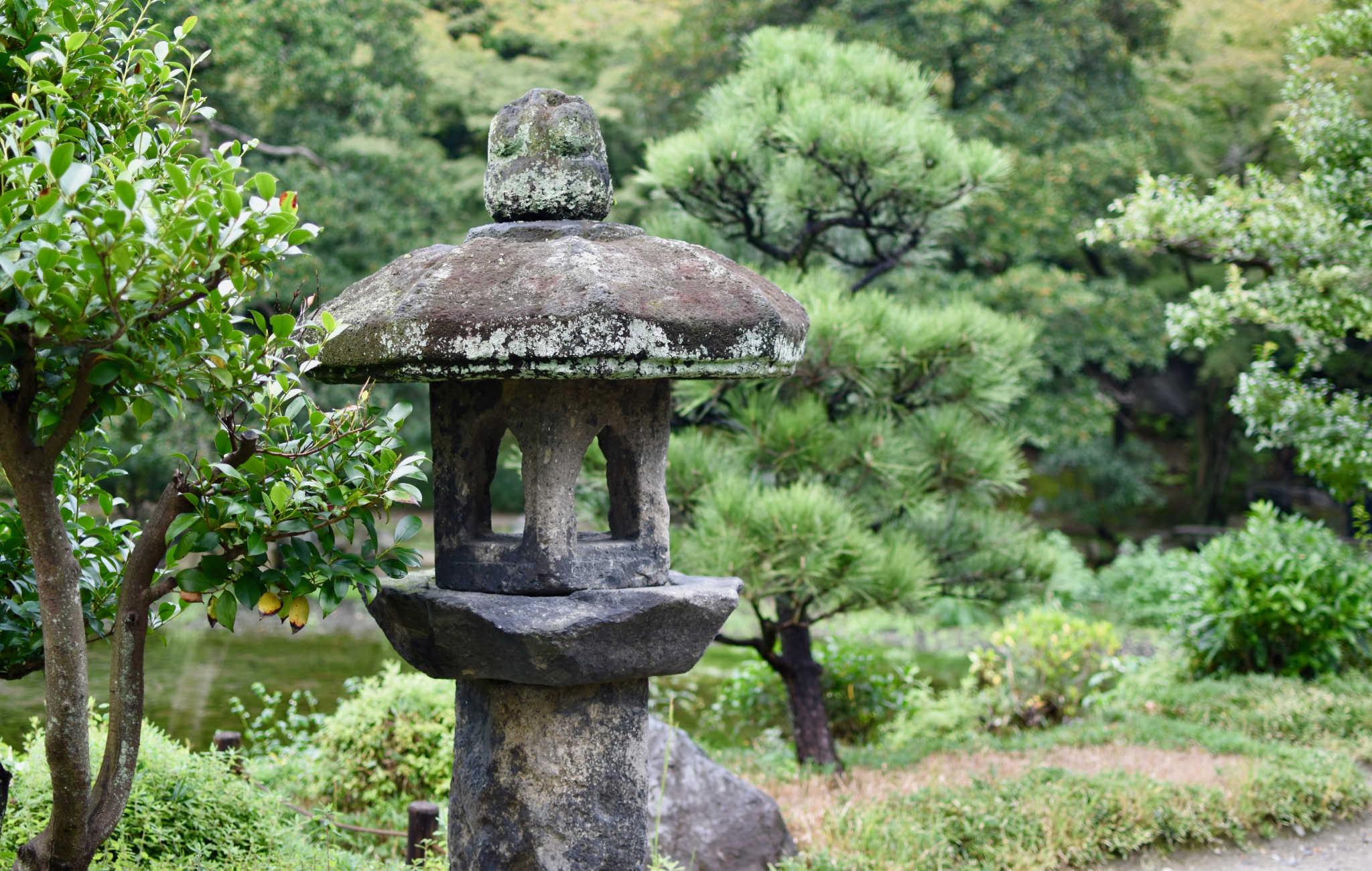 Quelques lanternes de granit sont disposées le long de la promenade
