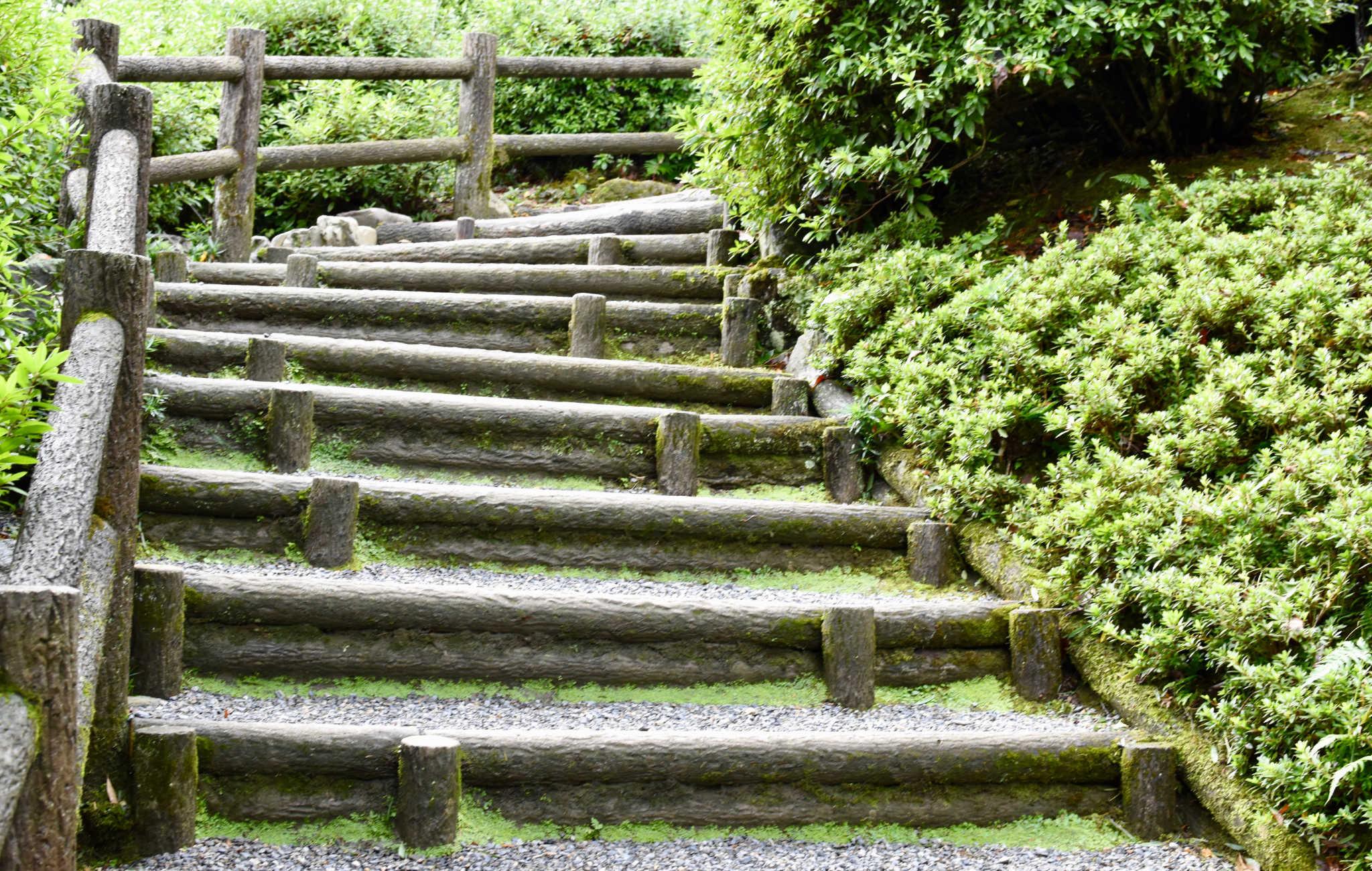 Plusieurs escaliers mènent au point le plus élevé du jardin