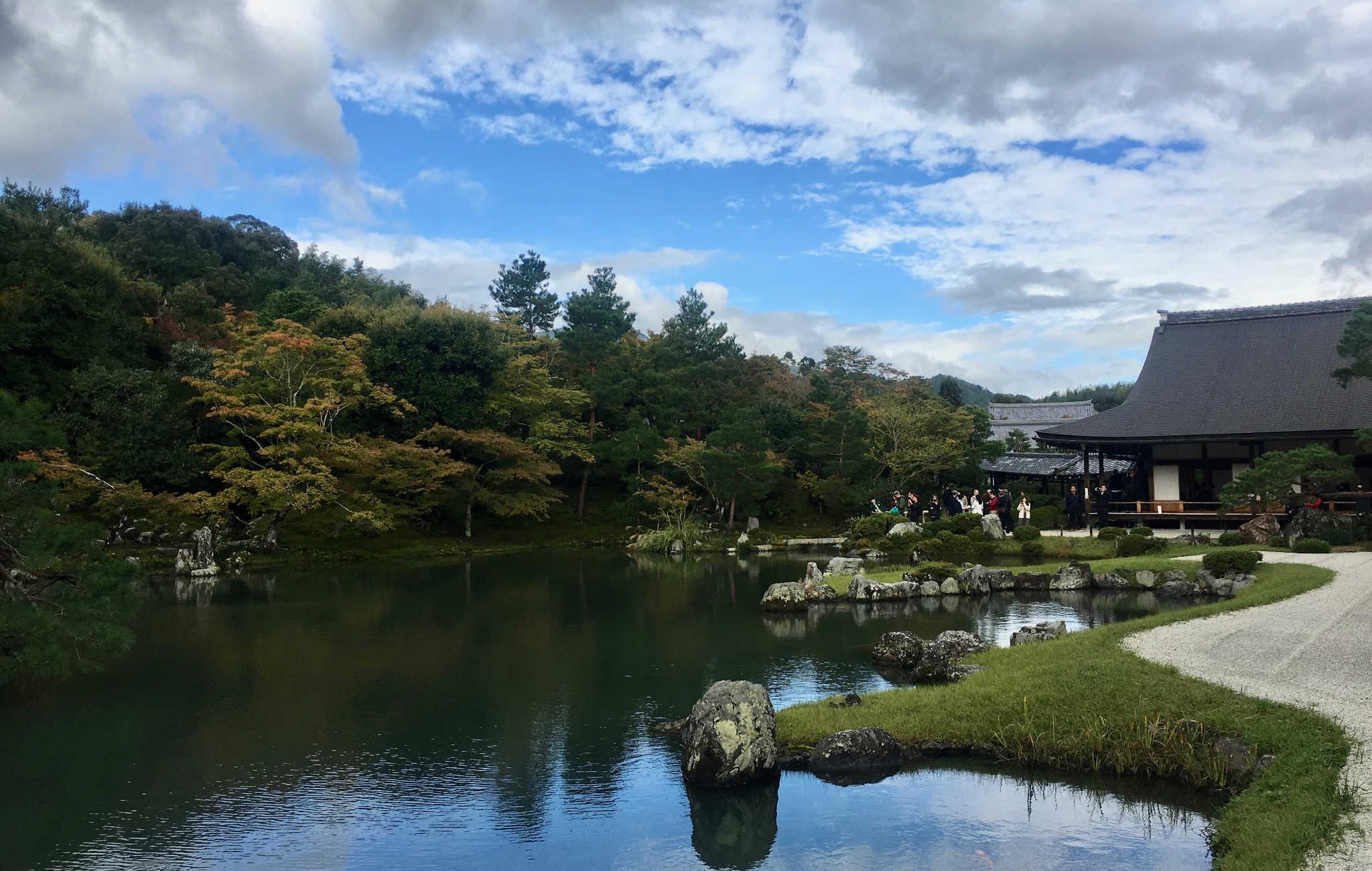 Le temple est construit à côté d'un lac entouré d'arbres