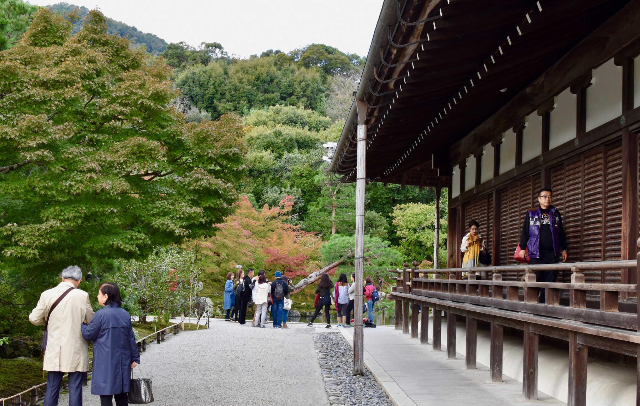 Des coursives en bois permettent de faire le tour du temple