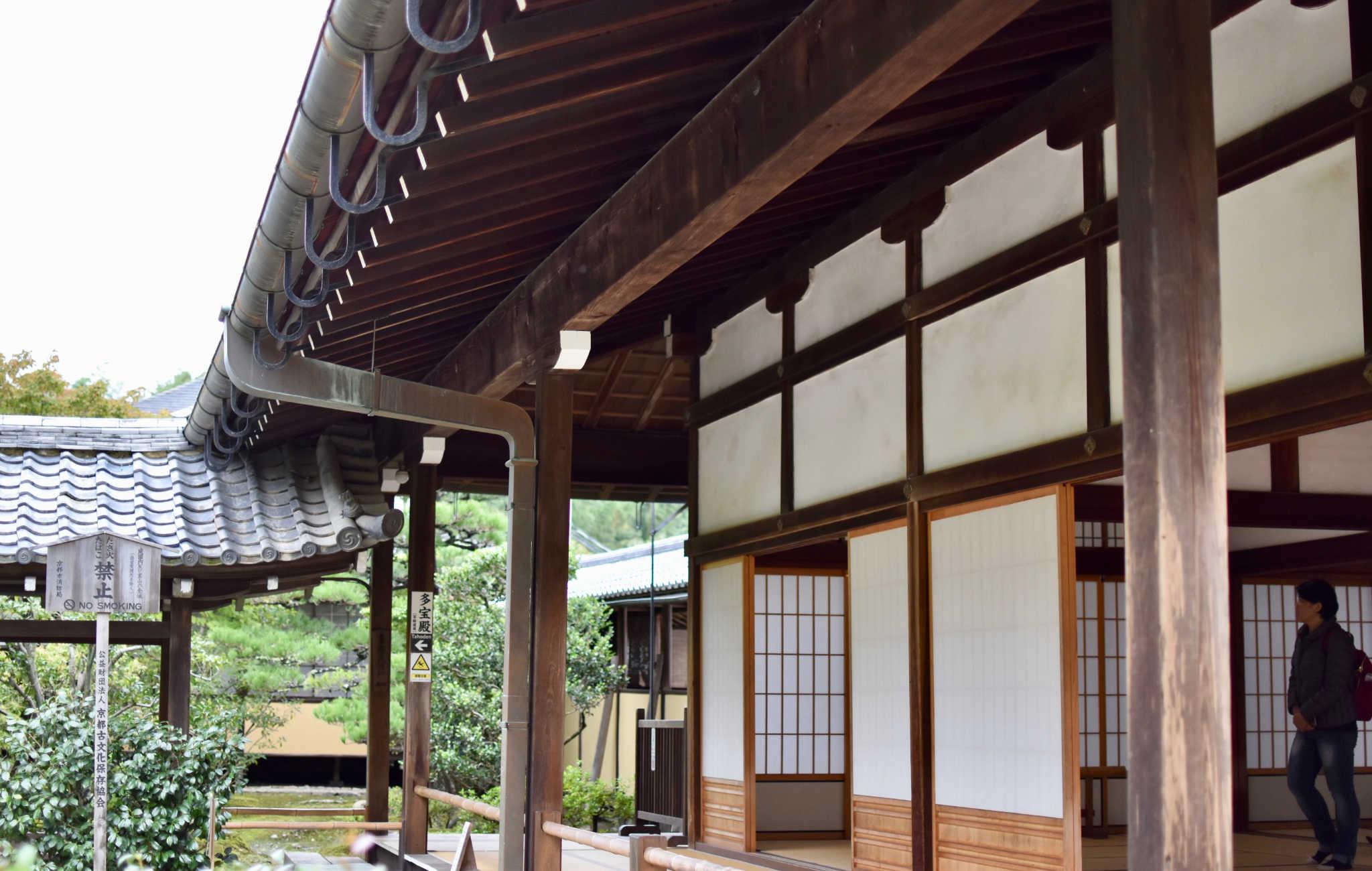 L'architecture du temple est très typique, avec ses panneaux shoji et son intérieur en tatami