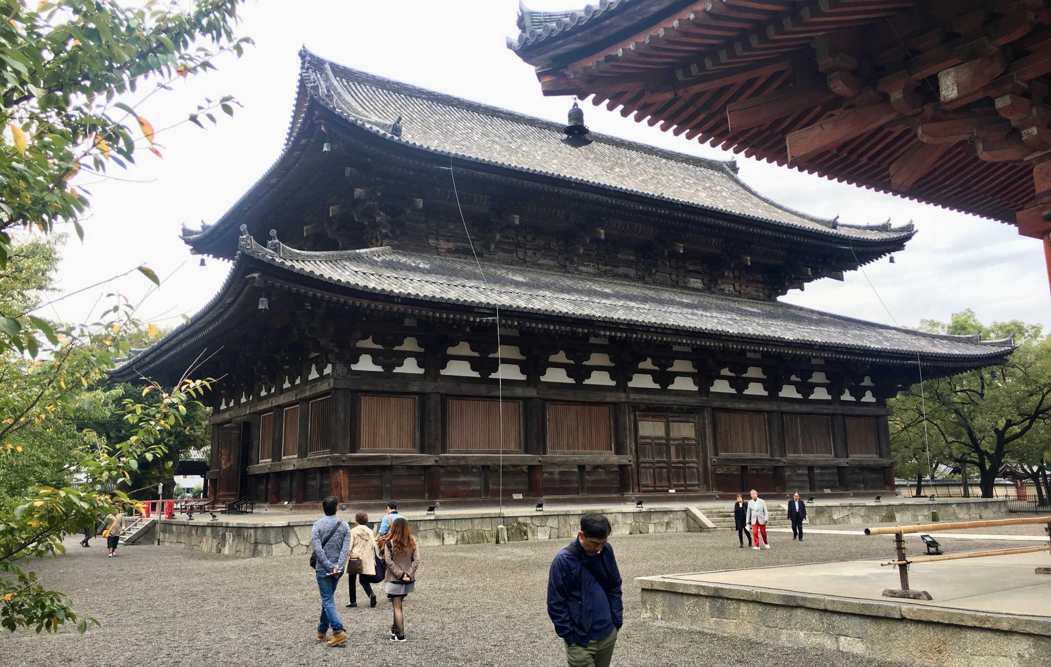 Dans l'enceinte du temple, plusieurs bâtiments renferment des trésors