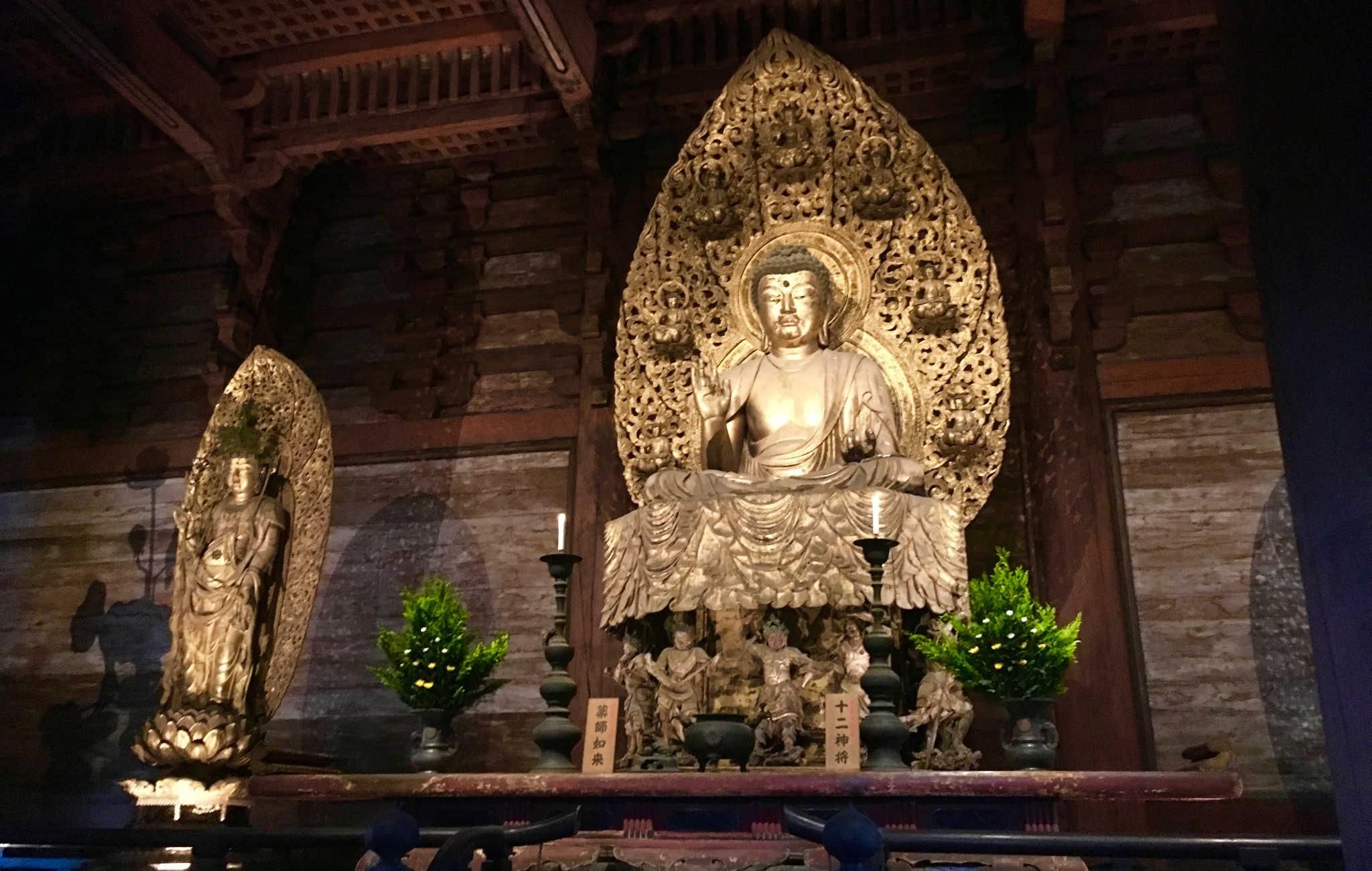 Statue de bouddha dans le bâtiment principal
