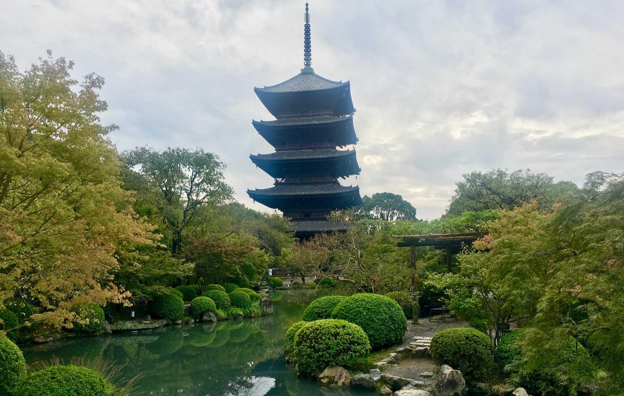 La grande pagode à 5 étages s'élève dans un coin du jardin
