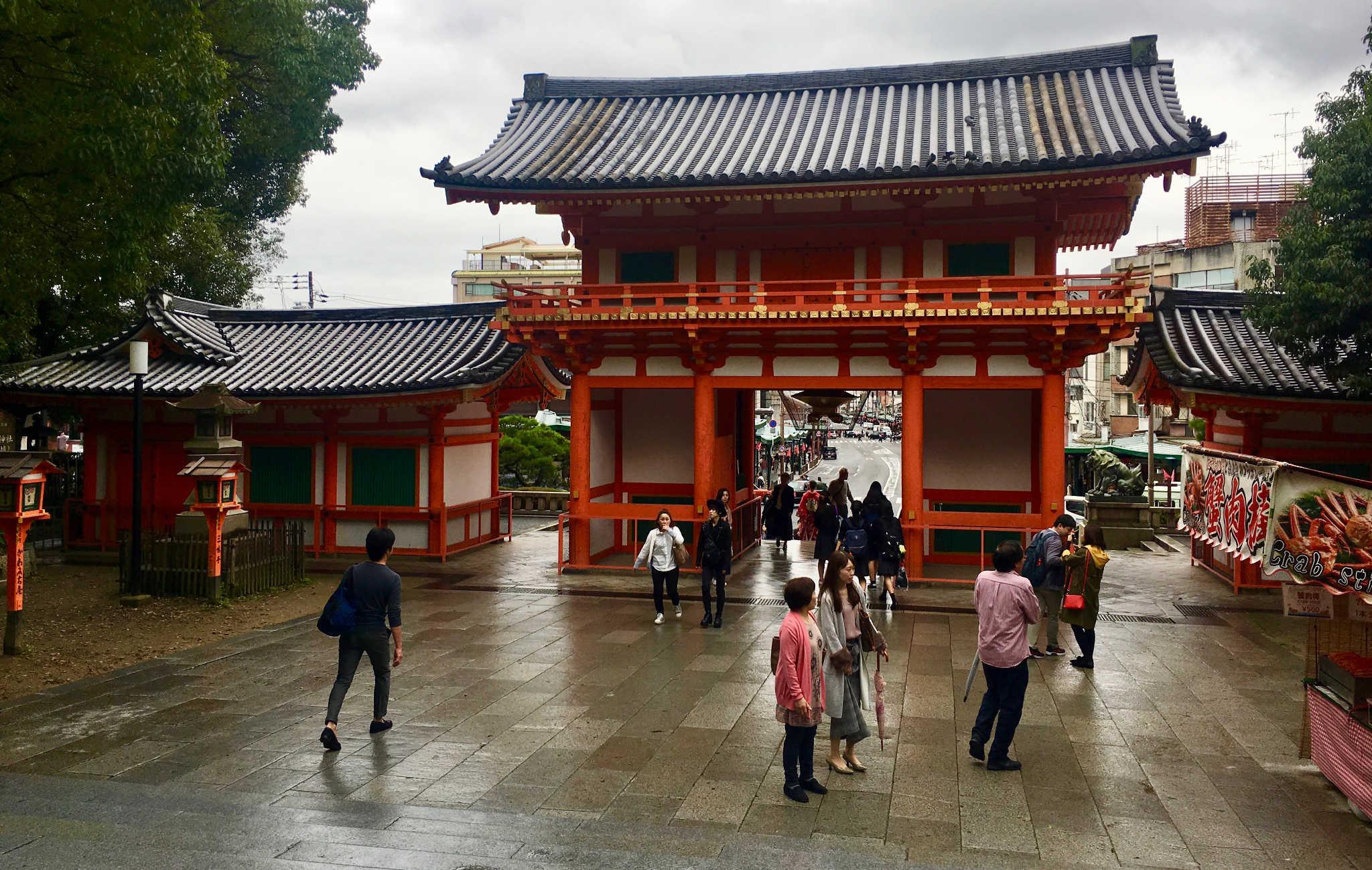 La porte d'entrée du sanctuaire avec dans son prolongement l'avenue principale du centre de Gion