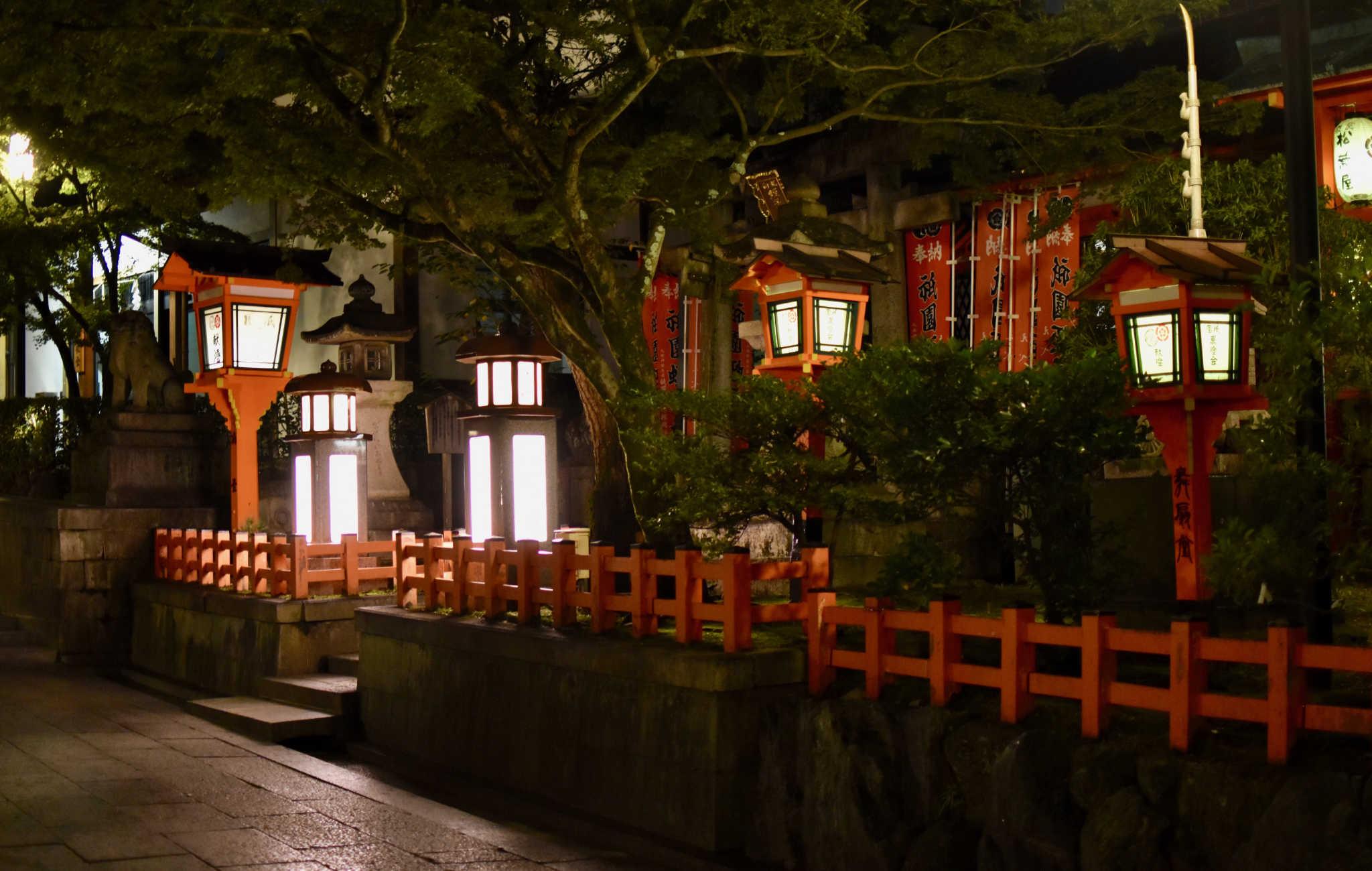 Les abords du sanctuaires sont mis enn valeur par plusieurs types de lanternes
