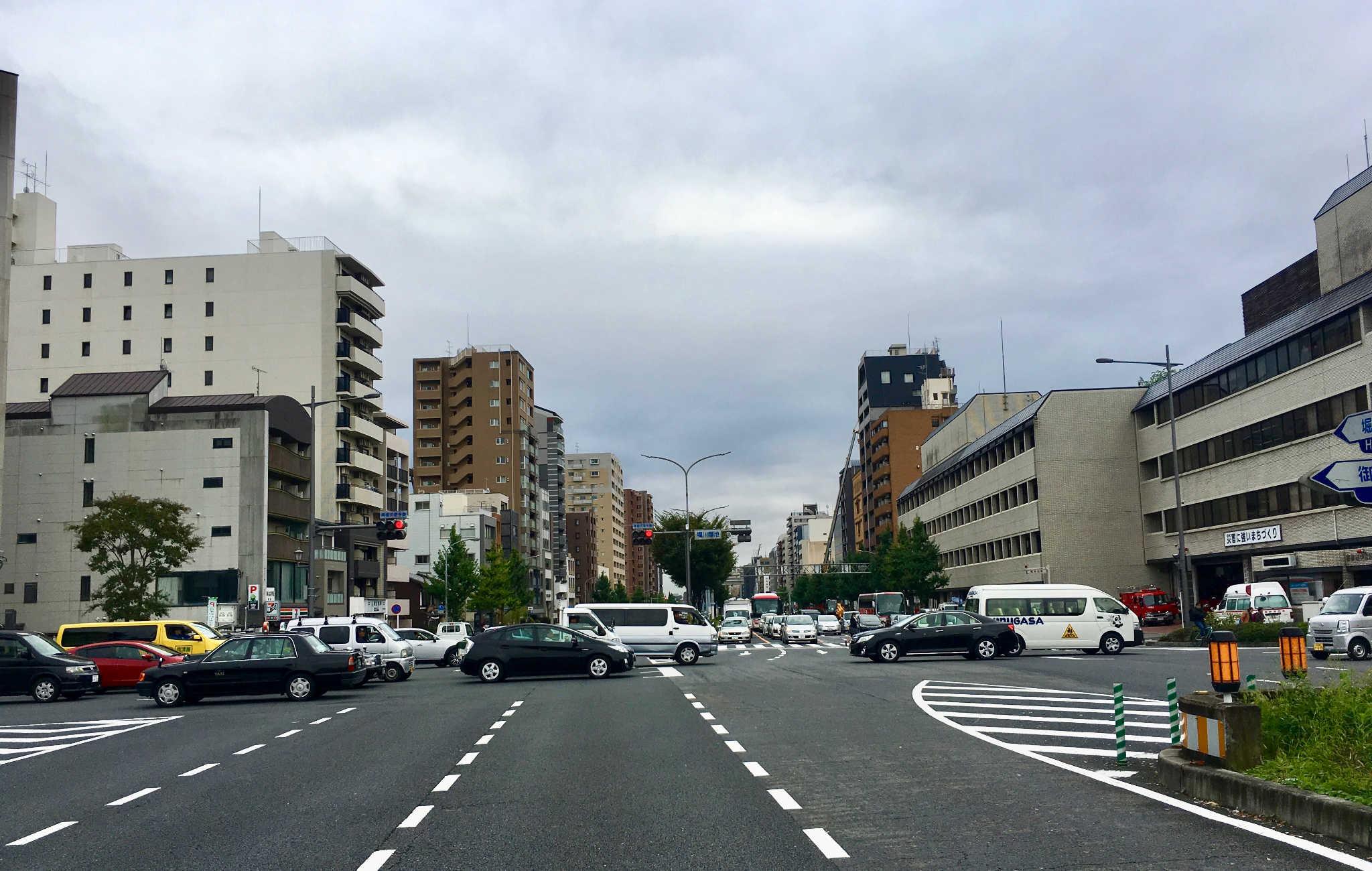 Beaucoup de circulation à kyoto, qui souffre de nombreux embouteillages