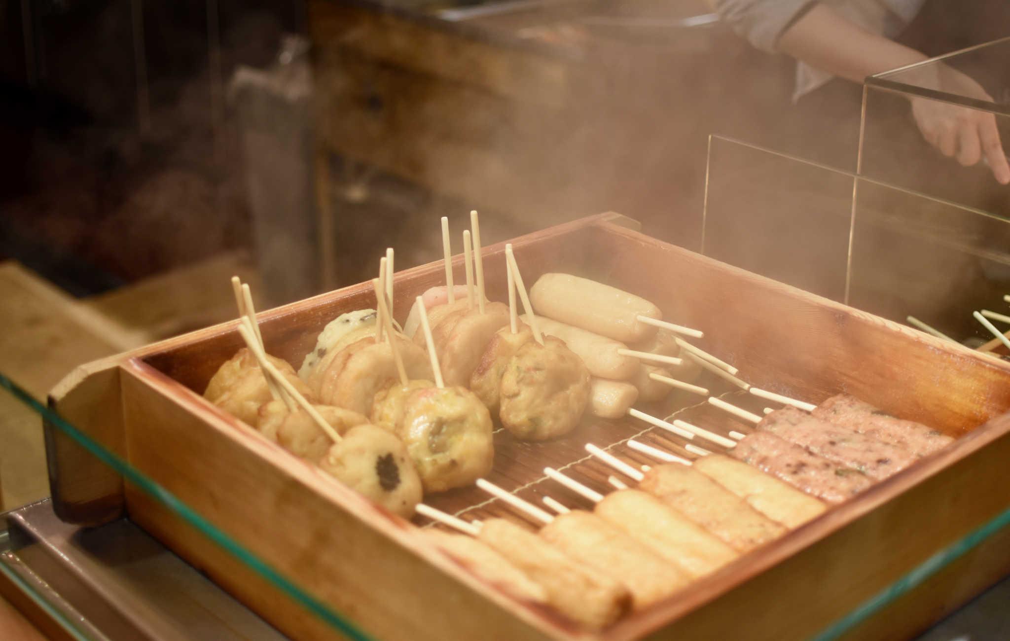 Au marché de Nishiki vos enfants vont adorer goûter aux brochettes
