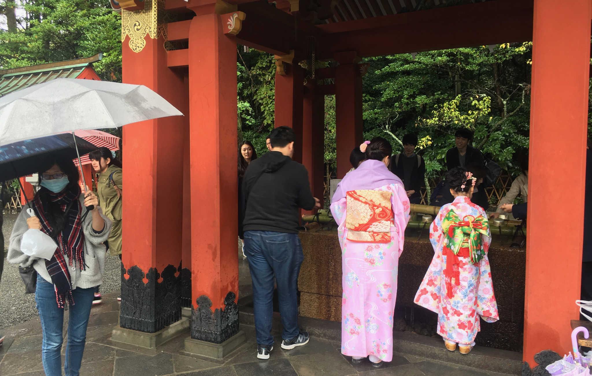 on se presse devant le Temizu-ya pour se laver de ses péchés