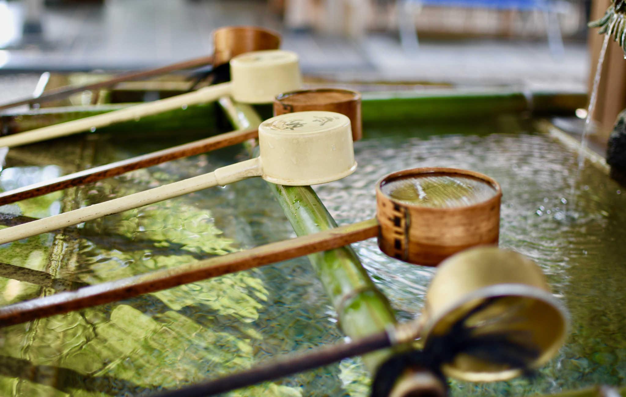 On utilise un Hishaku pour se purifier le corps avec de l'eau