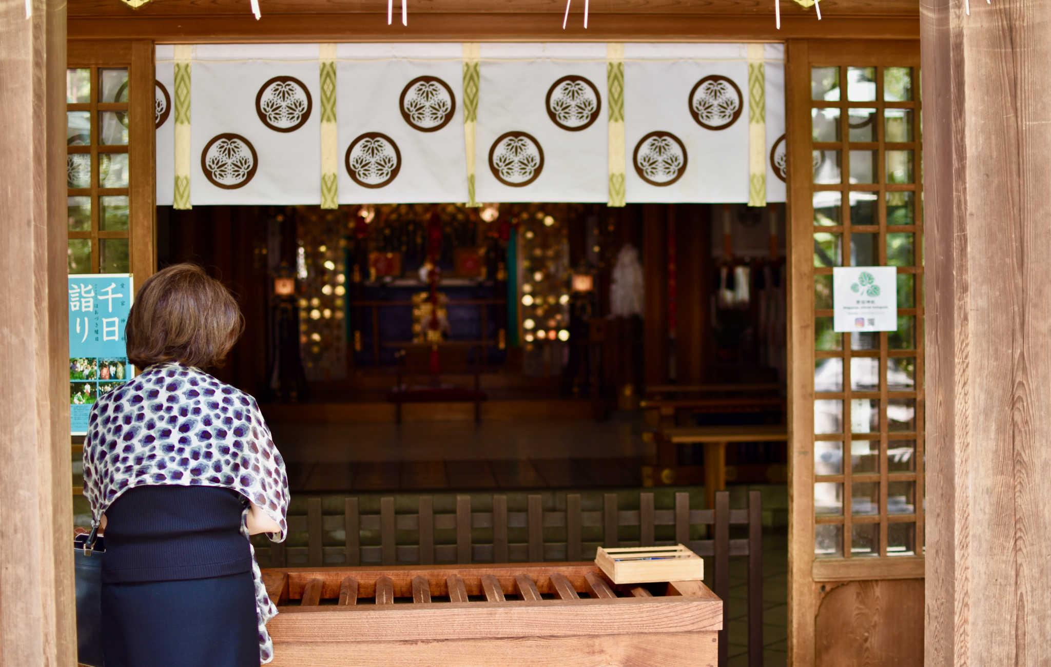 Japonaise en train de prier