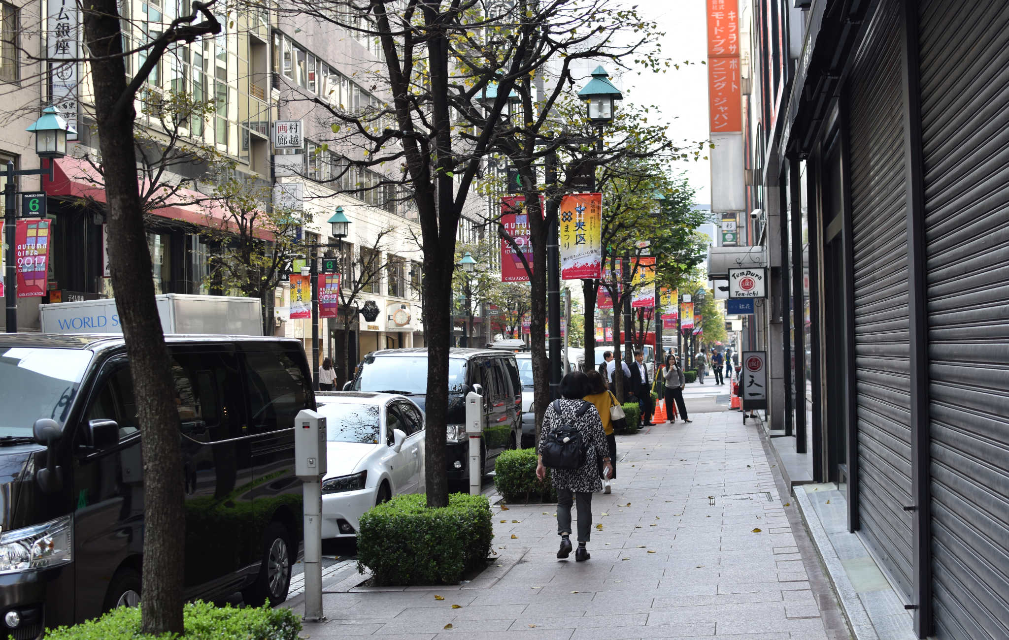 Ginza est aussi un quartier où il faut bon se promener, avec ses grands trotoirs et ses vastes avenues