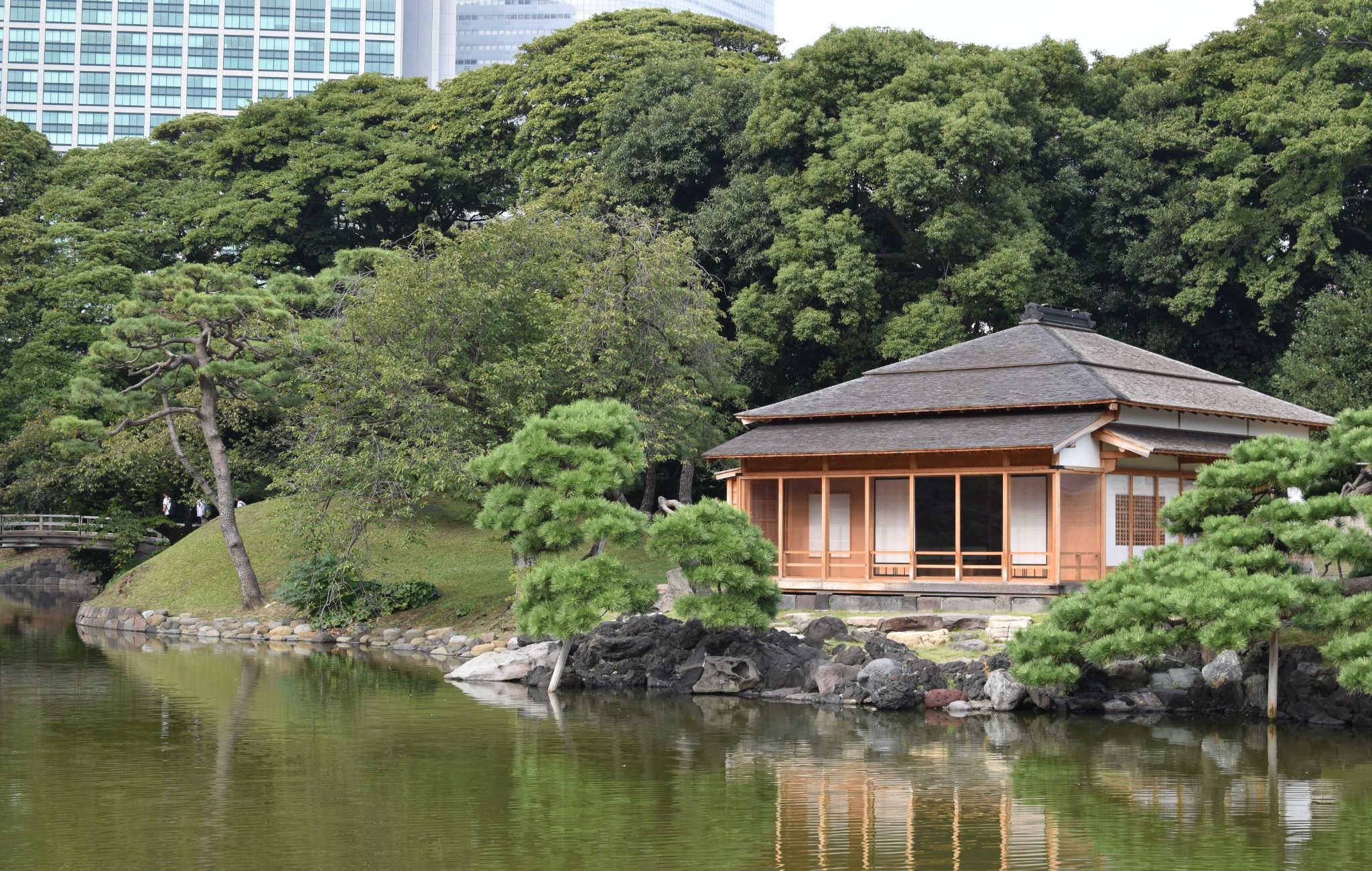 Autour du lacs, plusieurs pavillons en bois