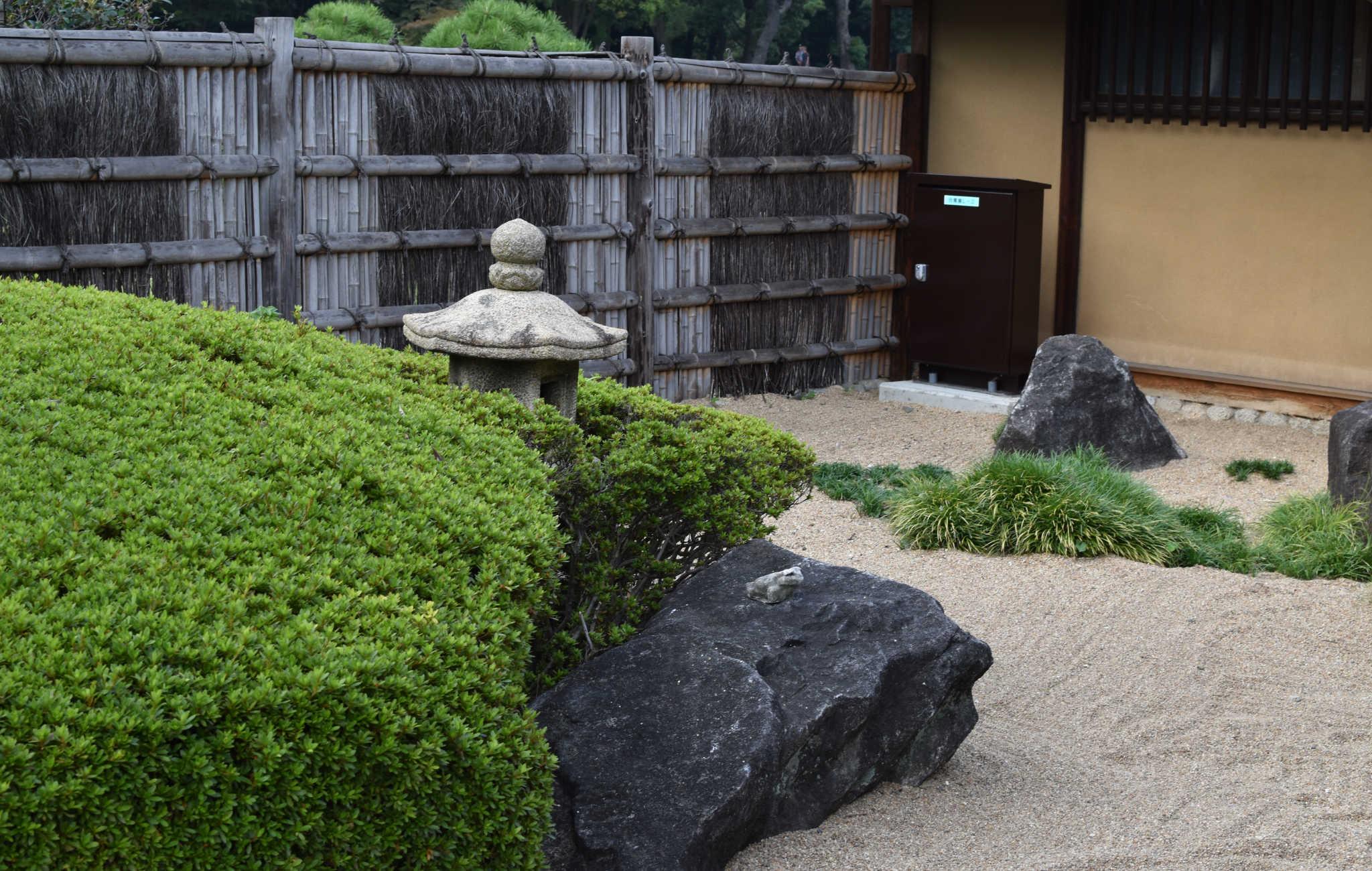 A l'entrée de la maison de thé, un petit jardin zen