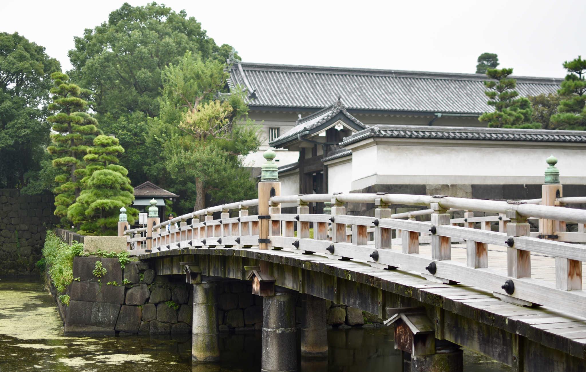 Un des ponts qui mène à l'entrée du parc